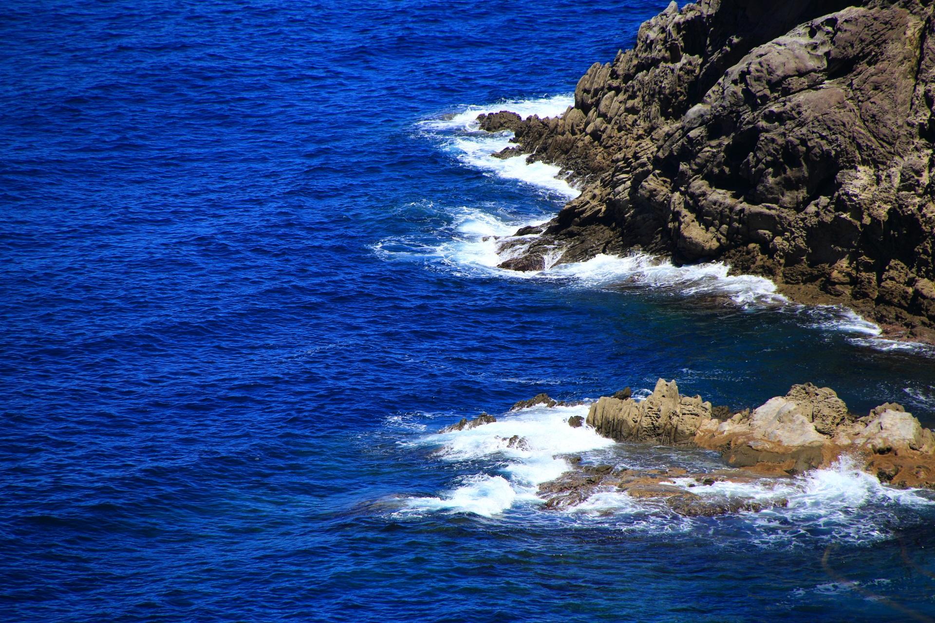 岩場に打ち寄せる日本海の波