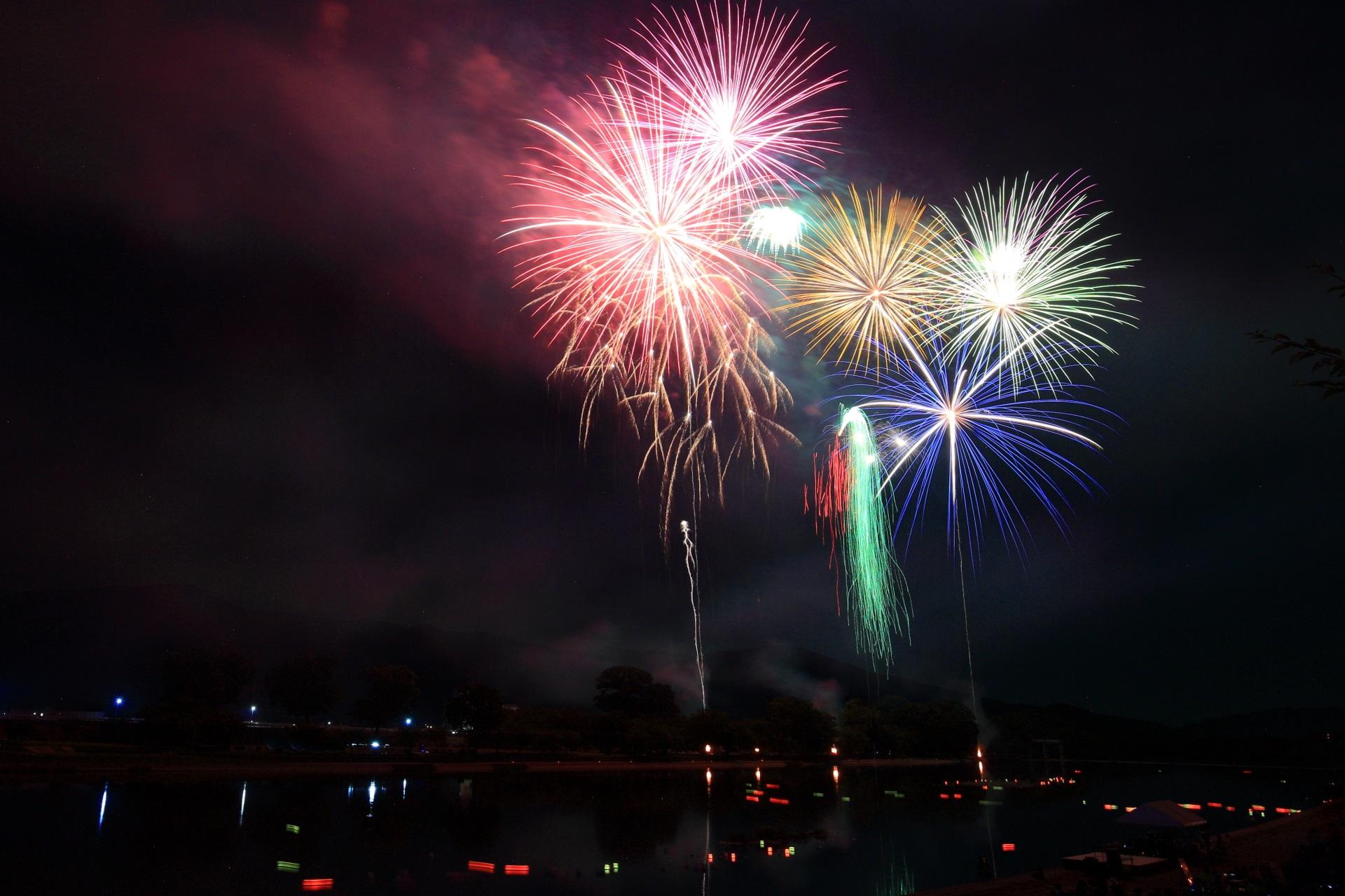 南丹市花火大会の弾ける色とりどりの花火
