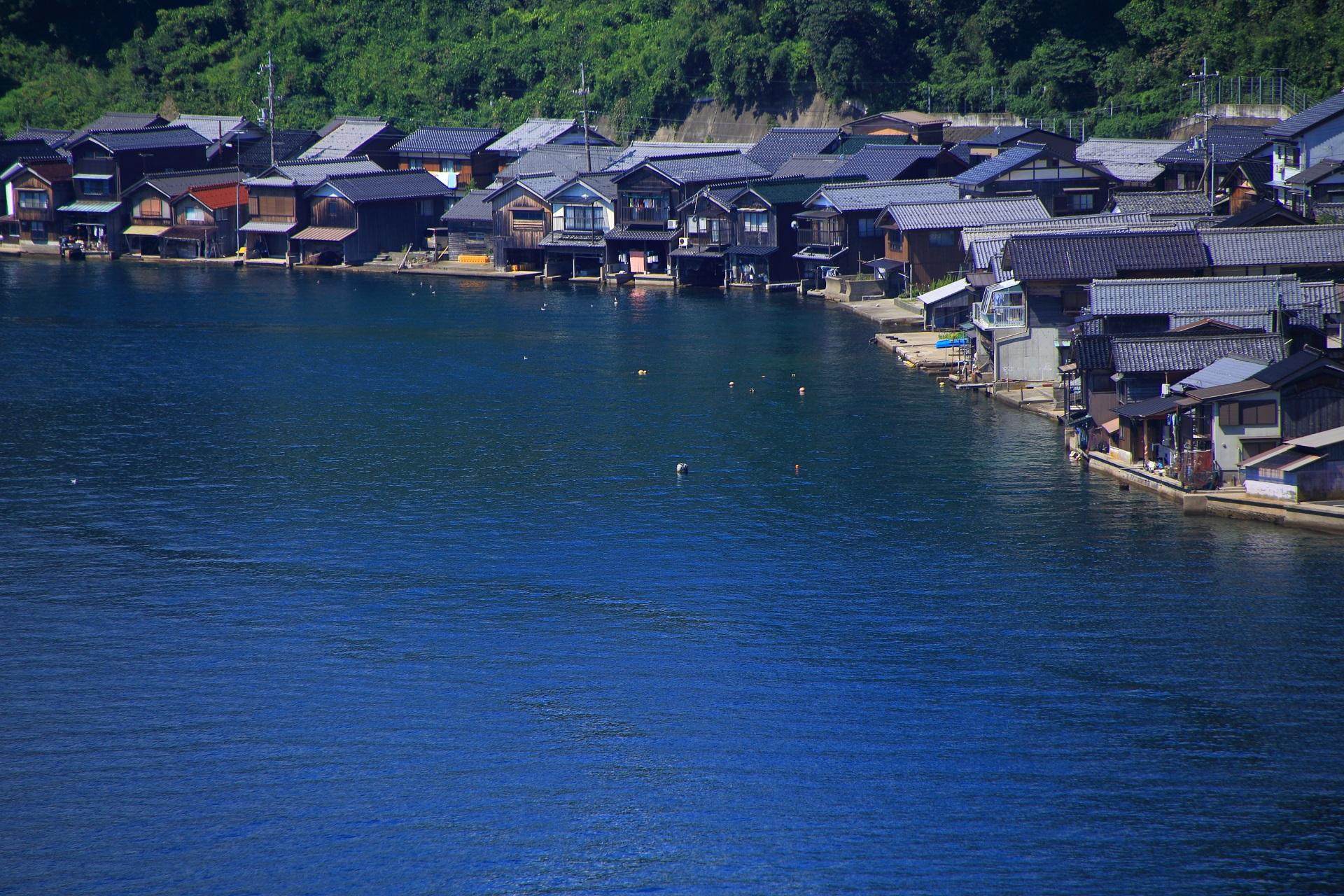 美しい海辺に建ち並ぶいつか泊まってみたい舟屋群