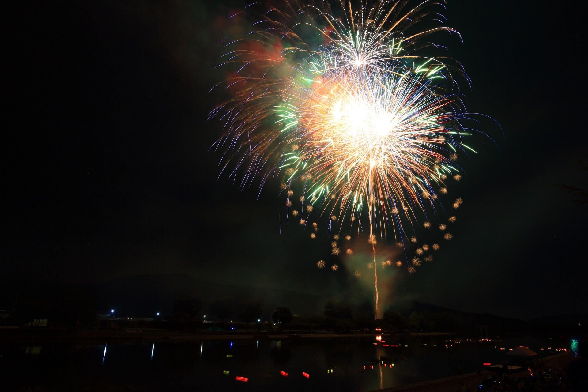いろんな種類の花火がドンドン打ち上げられる南丹市花火大会