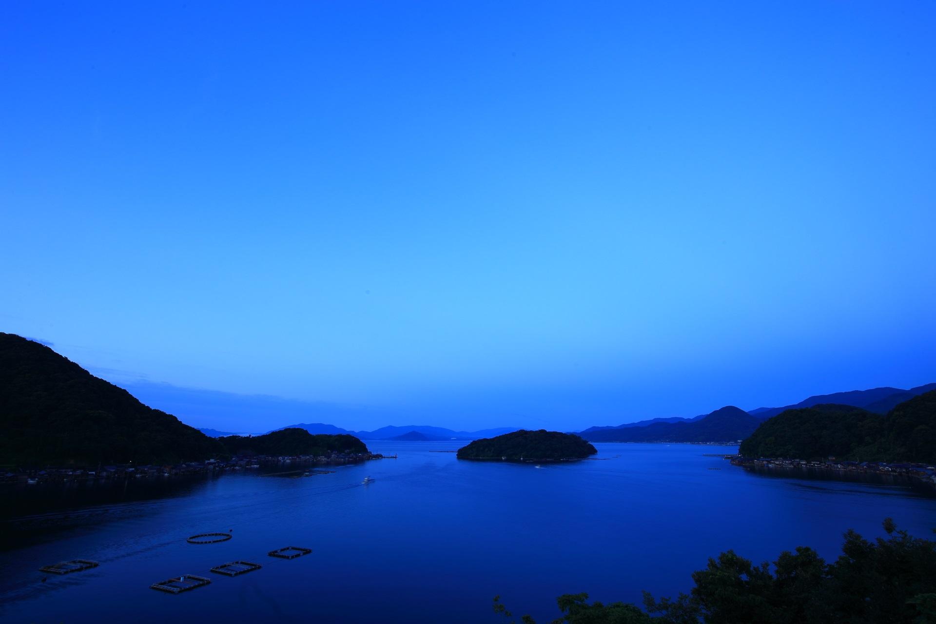 日が昇りはじめて明るくなってきた伊根湾