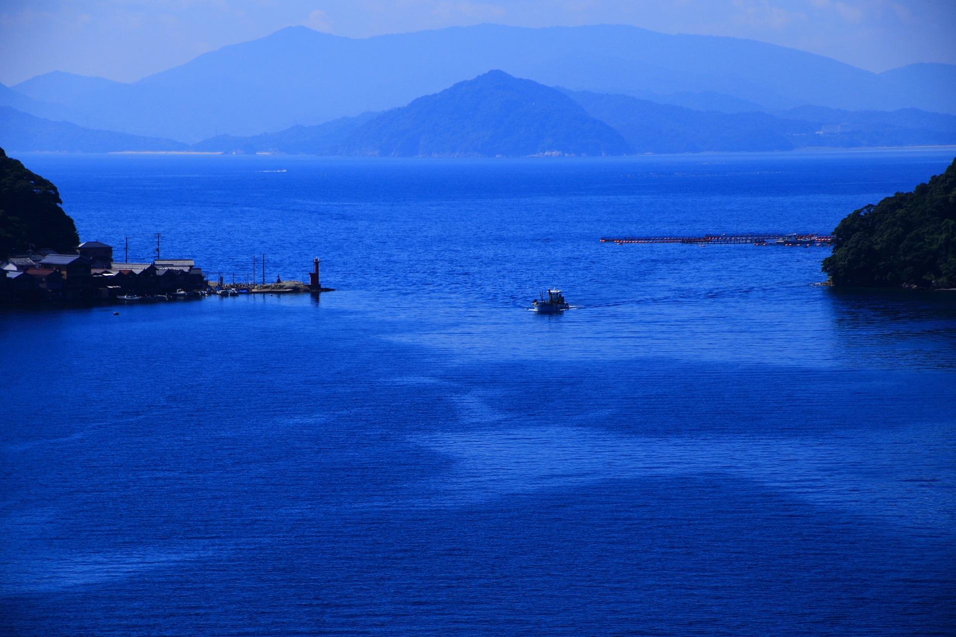 美味しい海の幸をいっぱい獲ってくる伊根湾を行き来する漁船