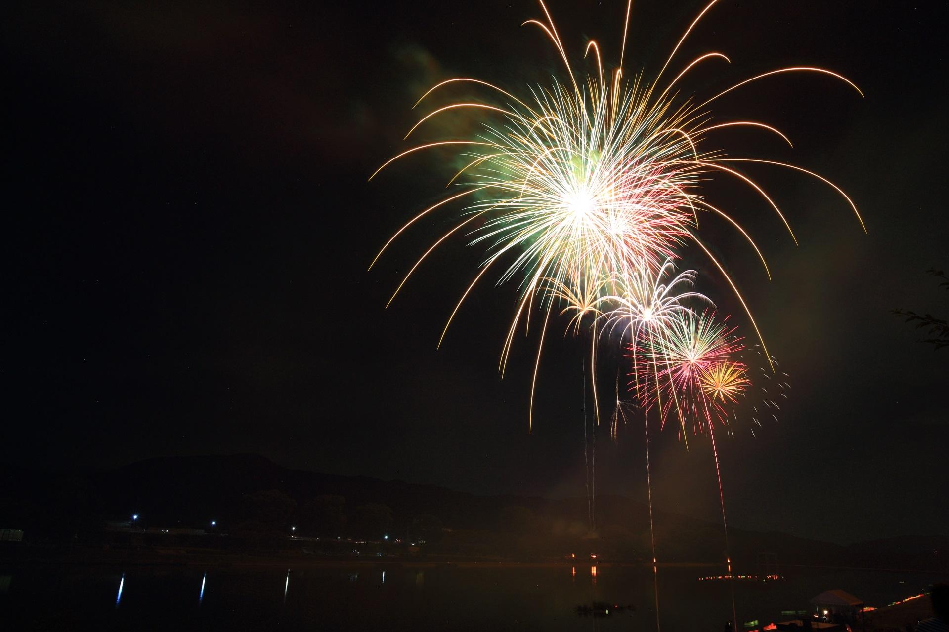 煌く閃光が大堰川へ枝垂れれて行く南丹市の花火