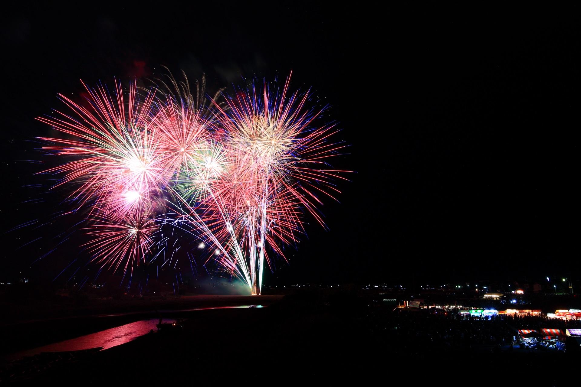 保津川に映る亀岡の花火の鮮やかな水鏡