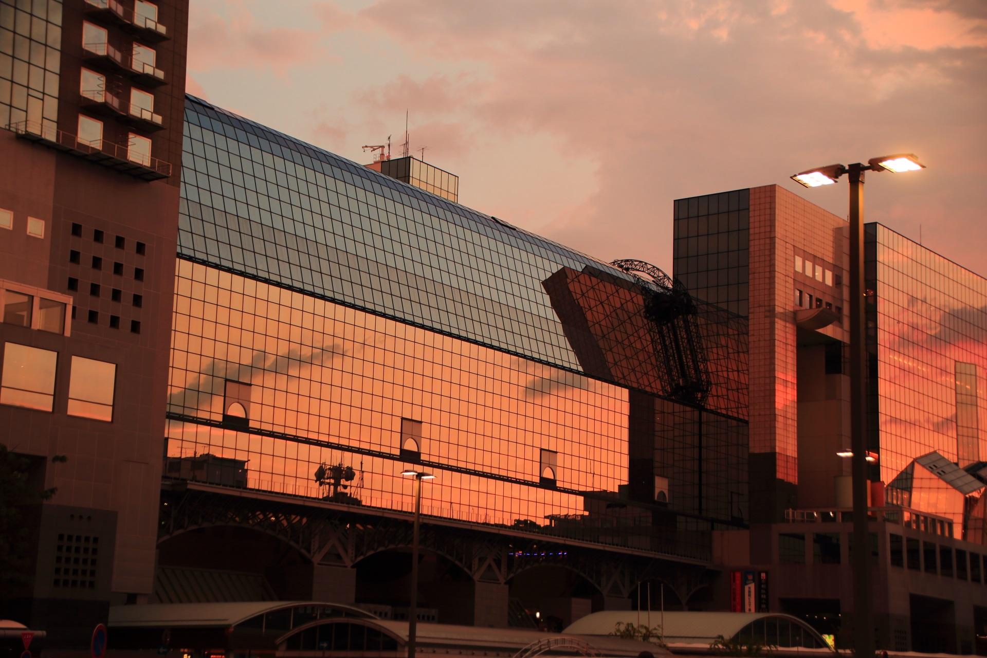 夕暮れの空を映し出す京都駅中央のガラス張り