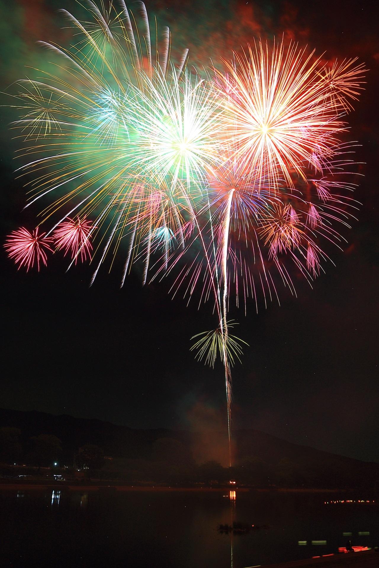 南丹市の夏の夜空を染める多彩な花火