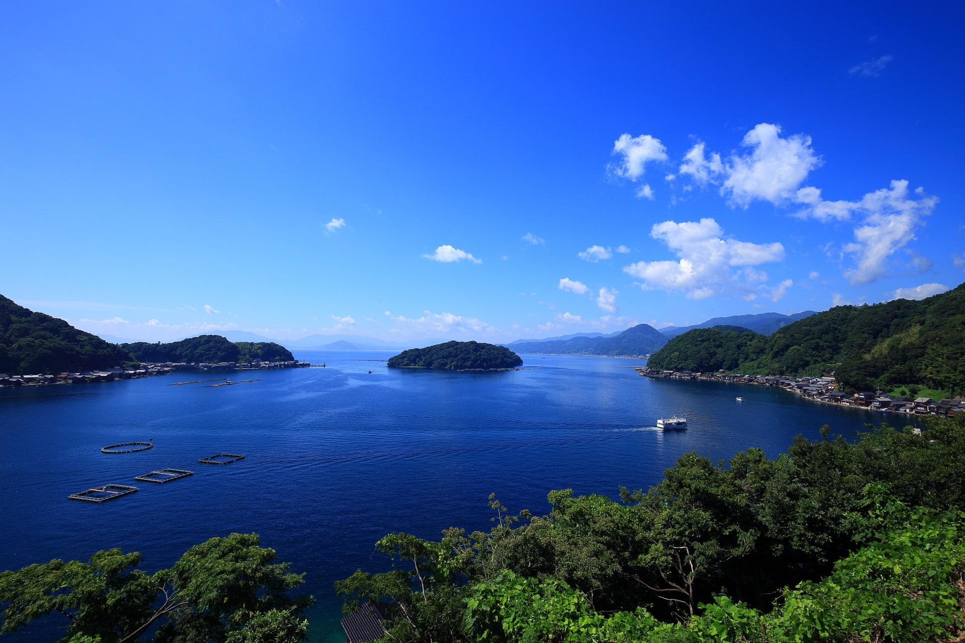 伊根湾の遊覧船と穏やかな海を保つ真ん中の「青島」