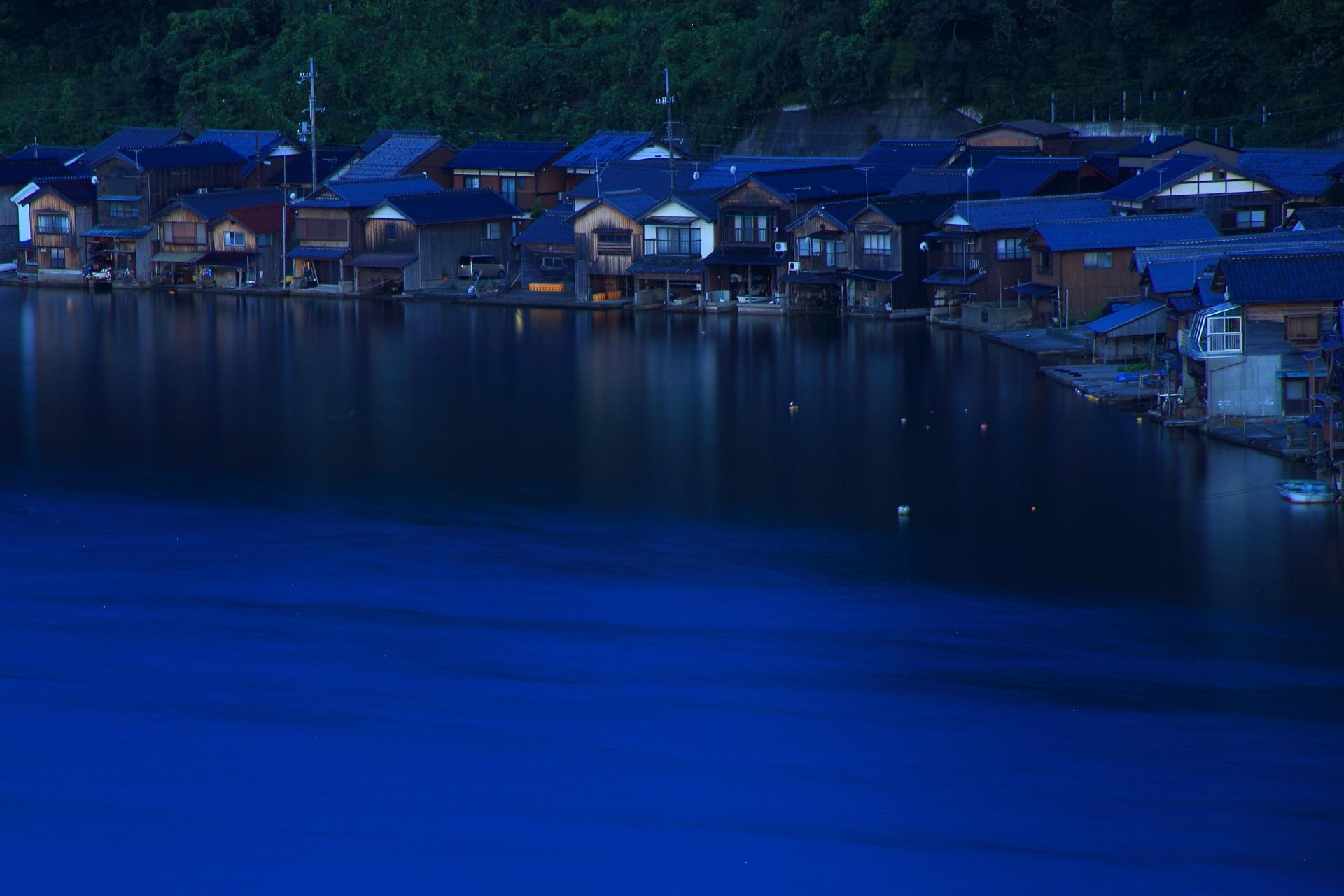 夜明けのまだ明りが灯っていない伊根の舟屋