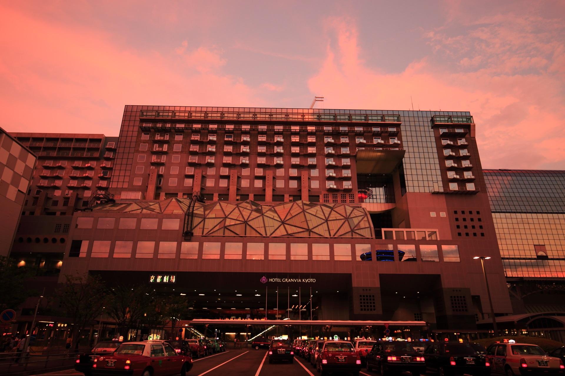 お家に帰る時間でタクシーもいっぱいの夕暮れの京都駅ビル