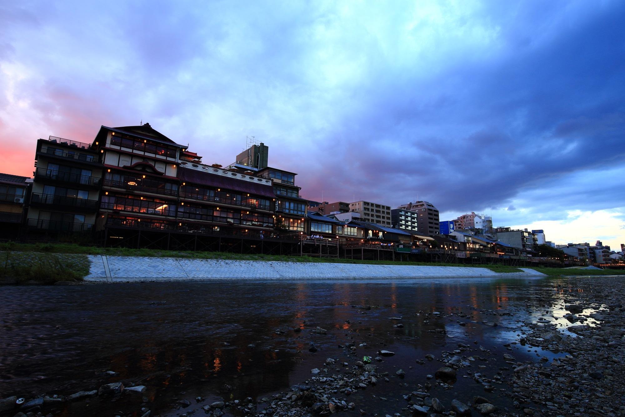 京都鴨川の夕暮れの納涼床