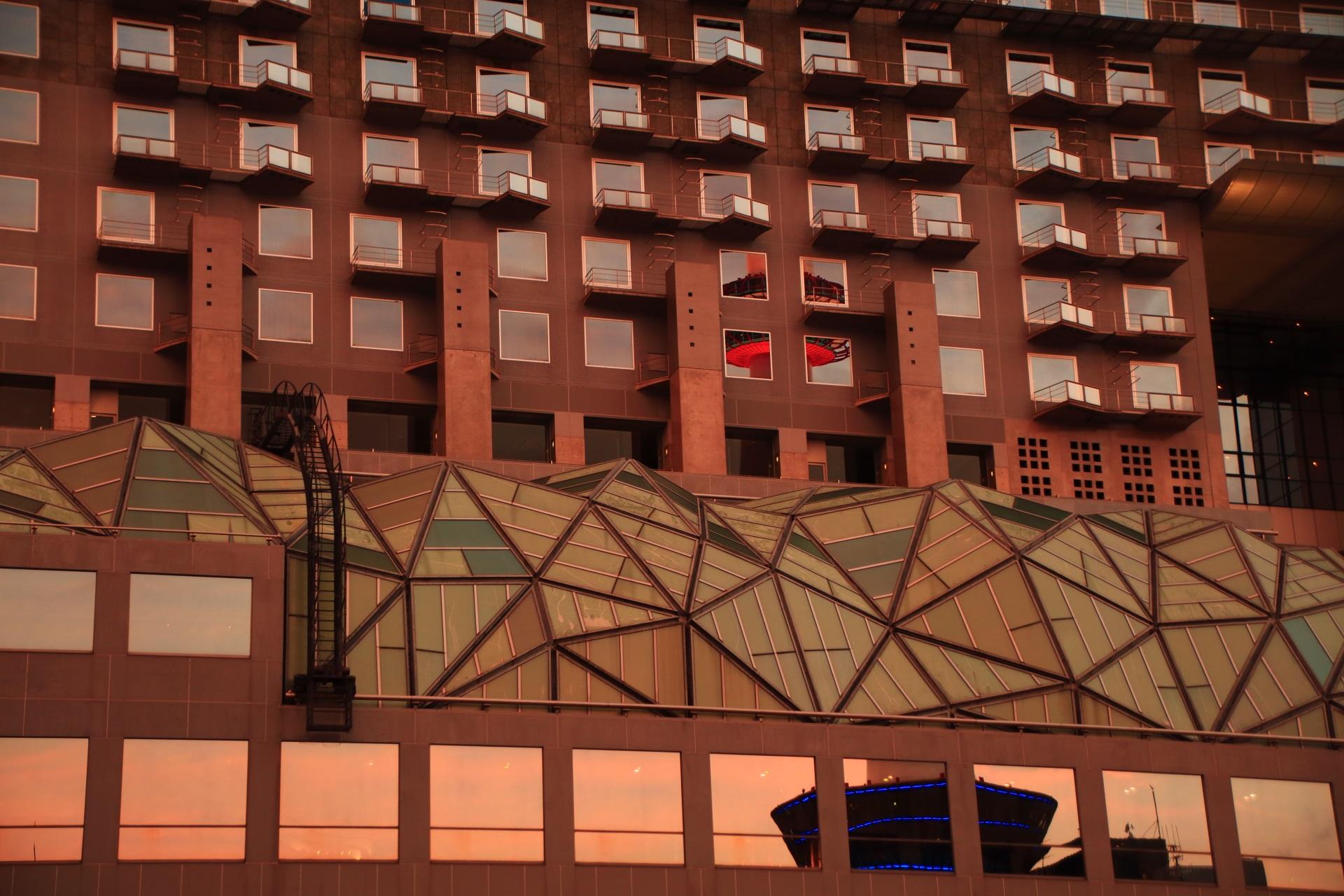 京都タワーも映る淡い空を映し出すホテルグランヴィア京都の窓ガラス