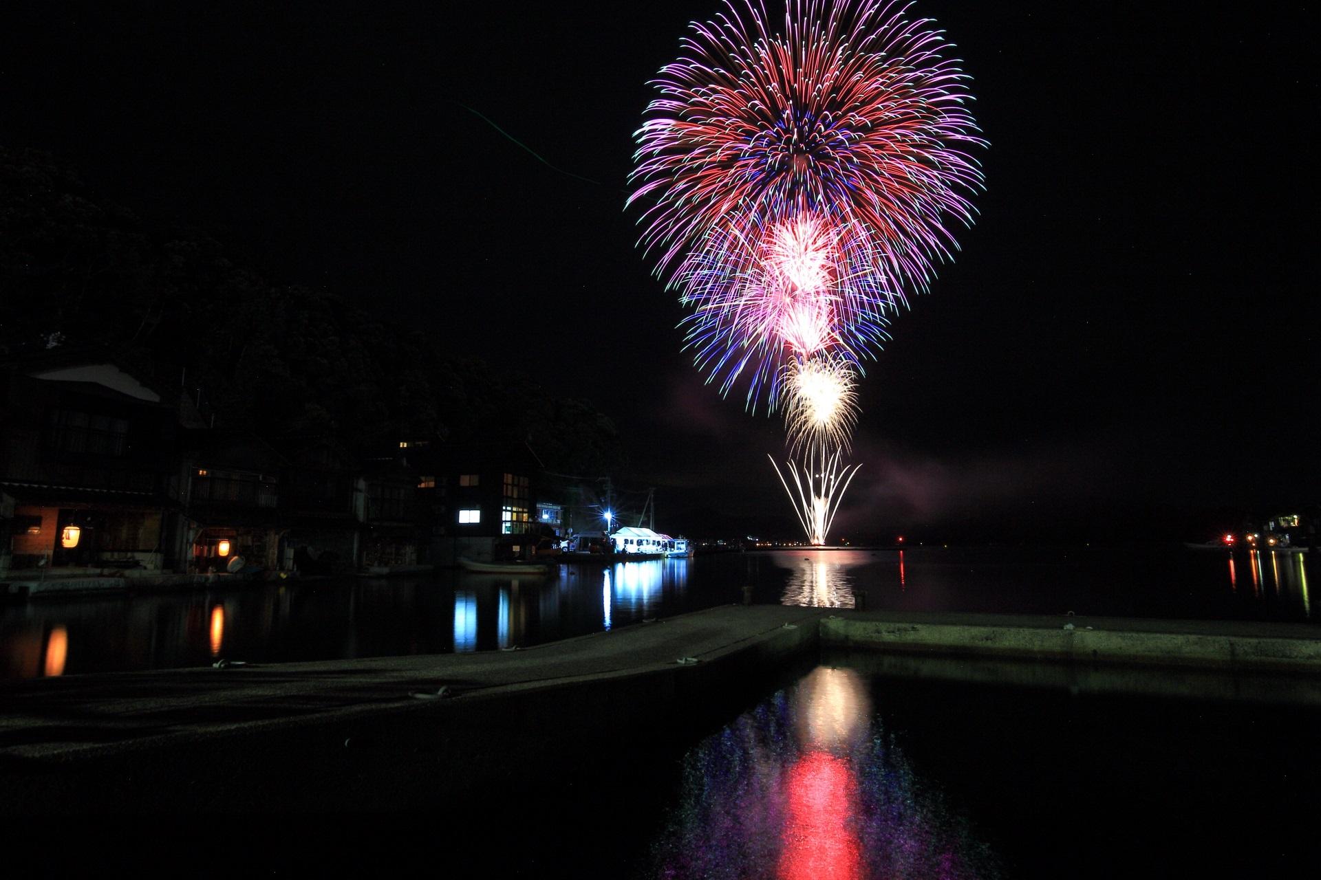 例年8月の下旬に行われ夏の終わりを告げる伊根花火大会