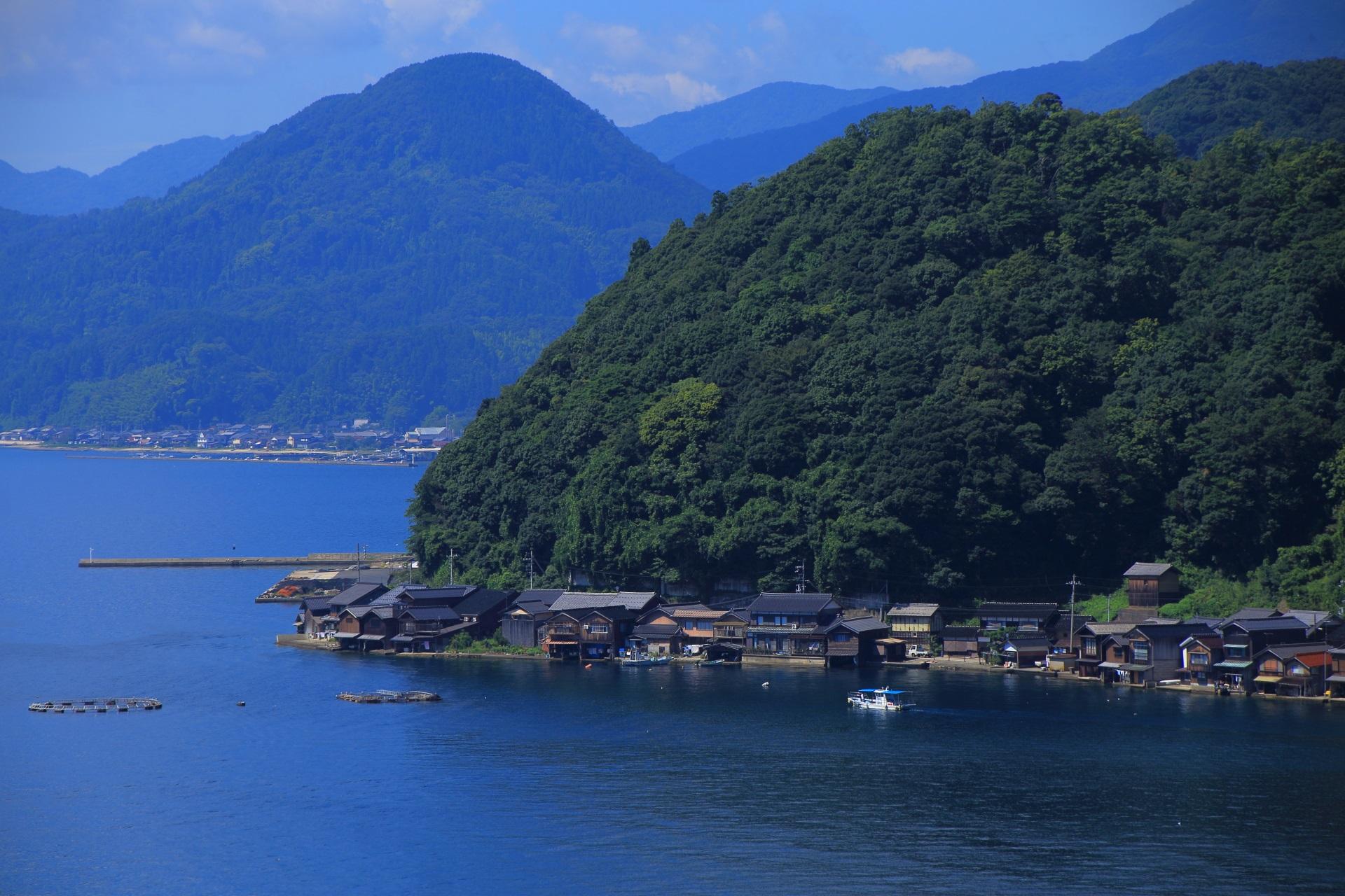 結構急勾配な山の麓に建つ伊根の舟屋