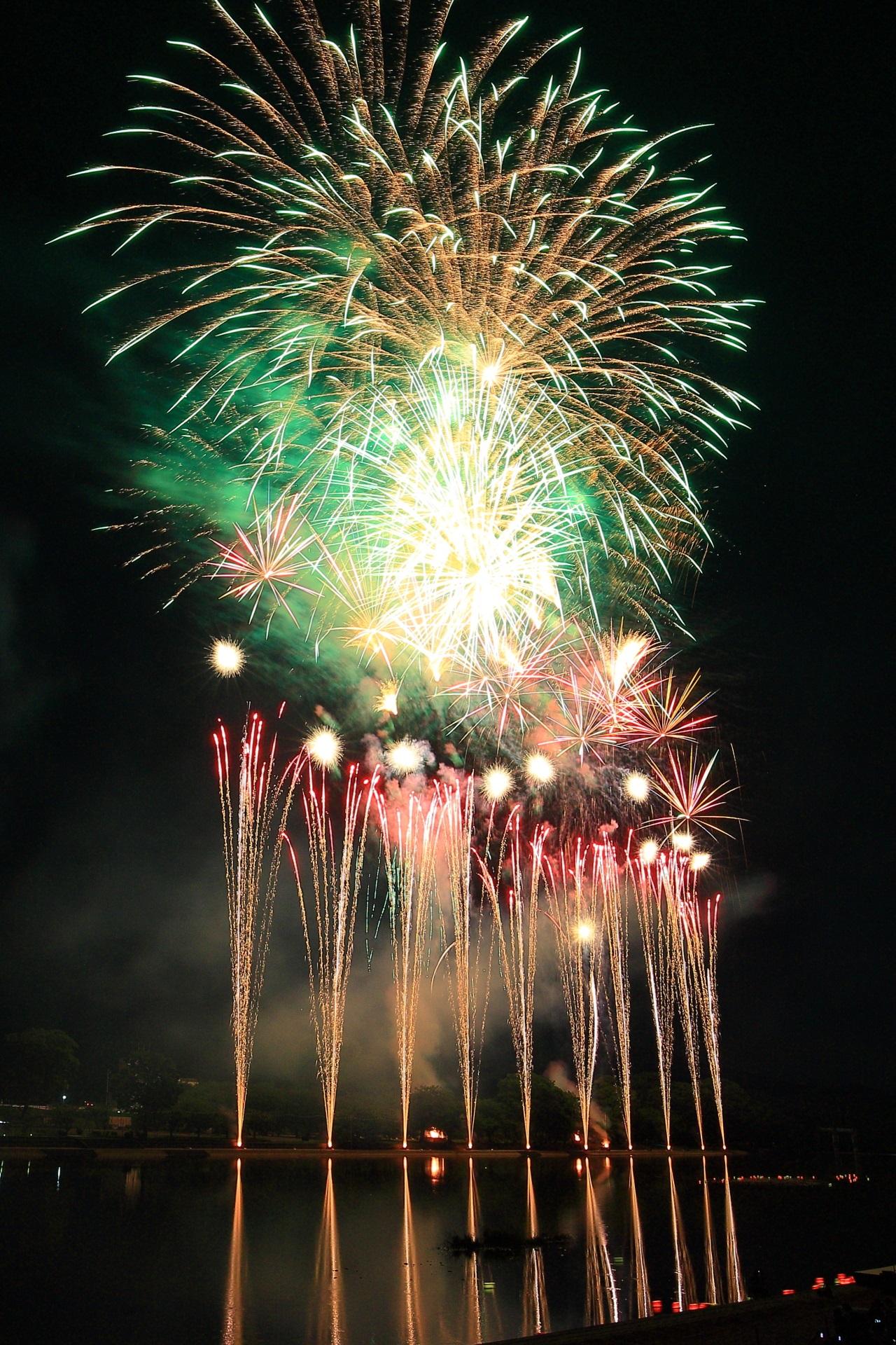 南丹市花火大会の圧巻の煌く噴水と弾ける大輪の花火