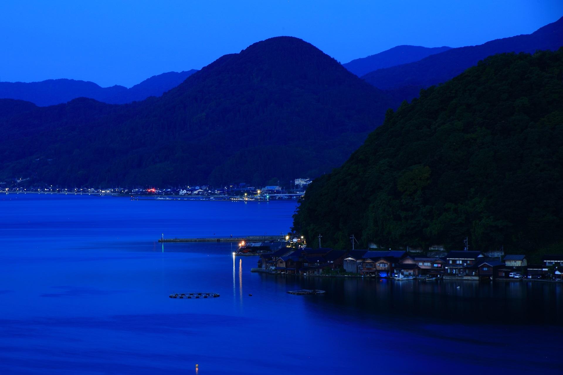 穏やかな伊根湾と静まり返った海の街