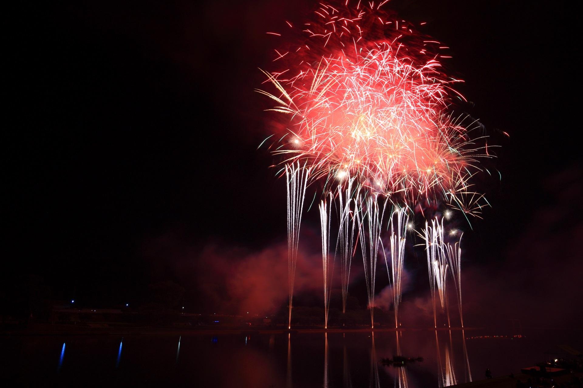 南丹市花火大会の煌びやかな噴水のような花火
