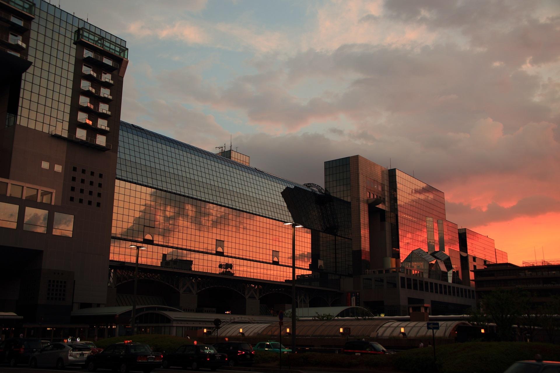 薄っすらとオレンジ色に焼け始める京都駅ビルの西の空
