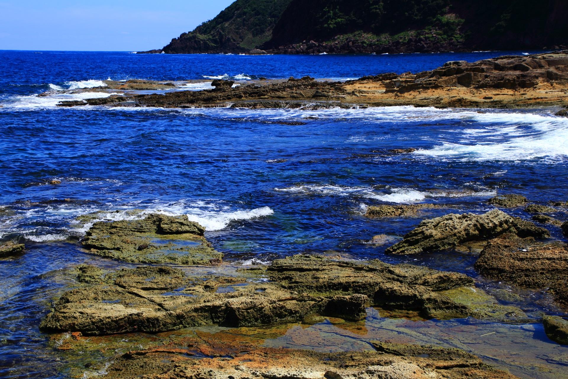 日本海の波が打ち寄せる五色浜