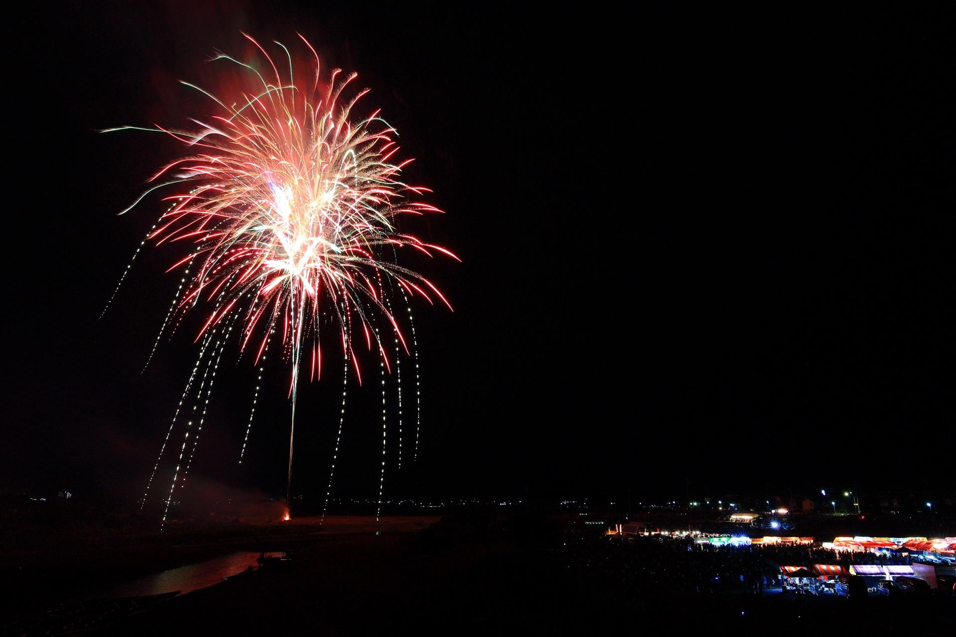 煌びやかに枝垂れる亀岡花火大会の上品な花火
