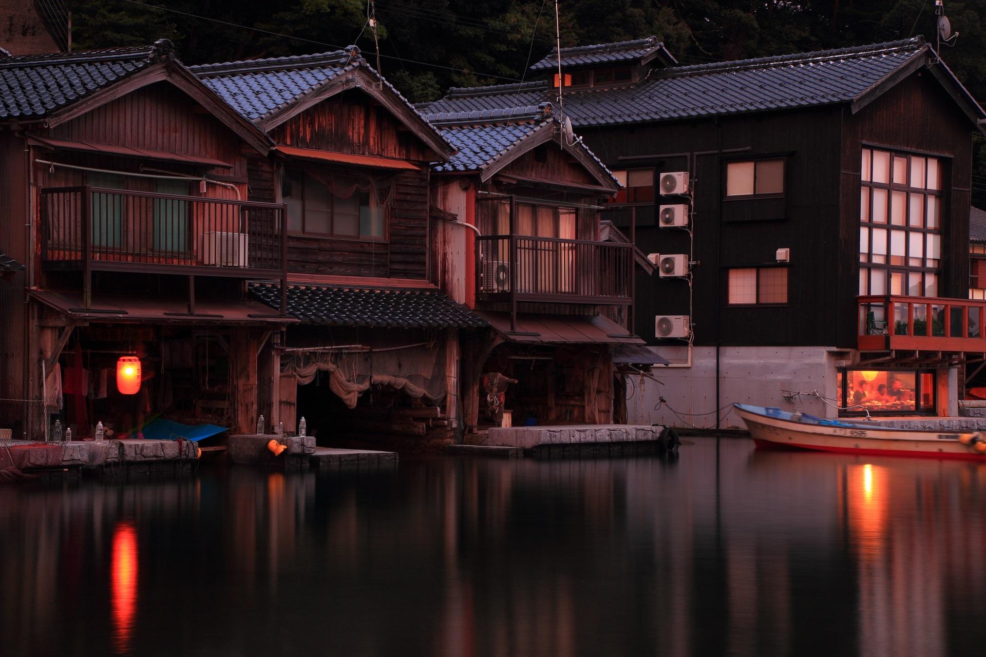 夕陽を浴びる伊根の舟屋