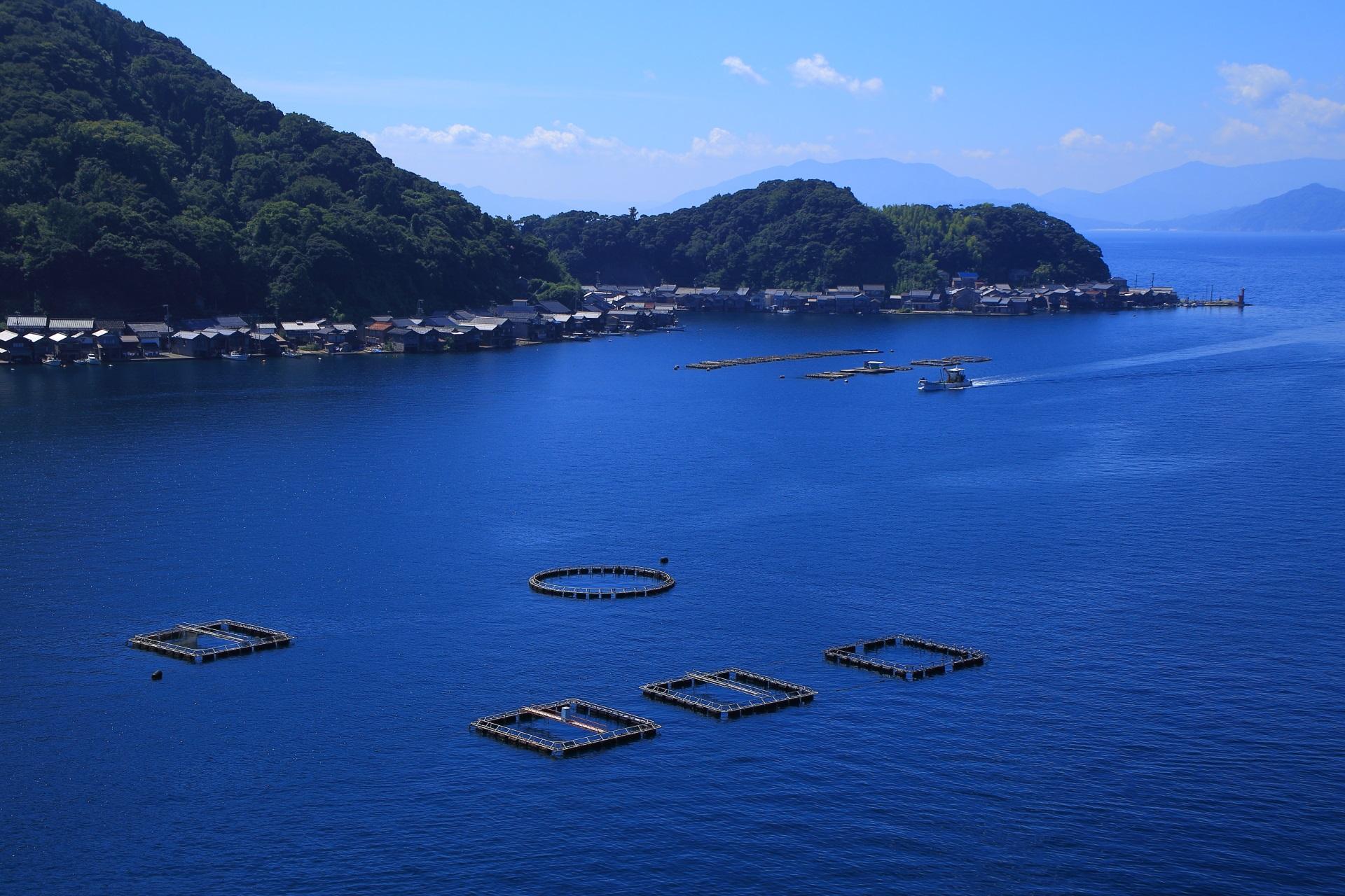 伊根湾東側の美しい海と山々に囲まれた海面に建ち並ぶ舟屋