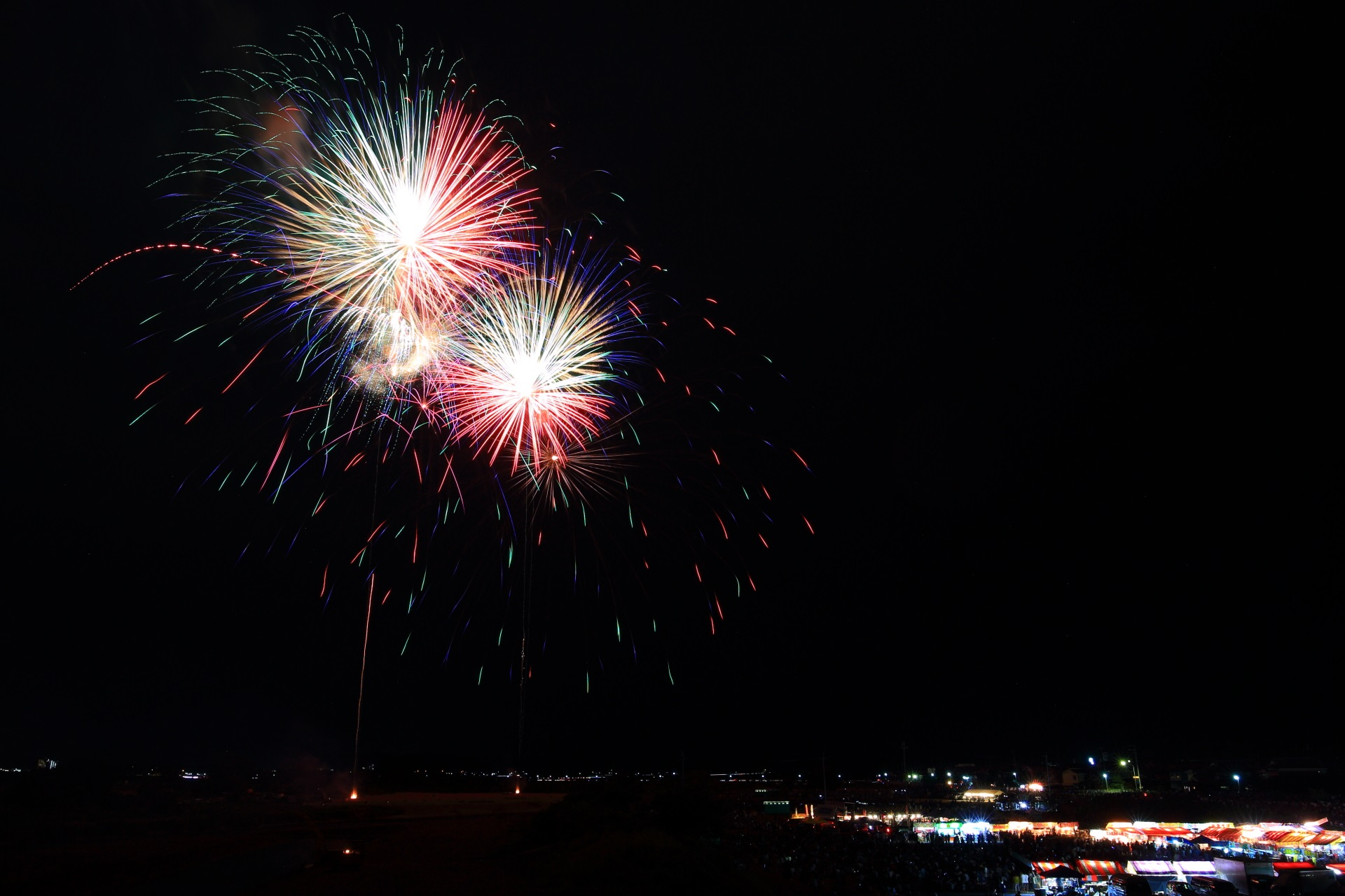 保津川に降り注ぐ亀岡のカラフルな花火の雨