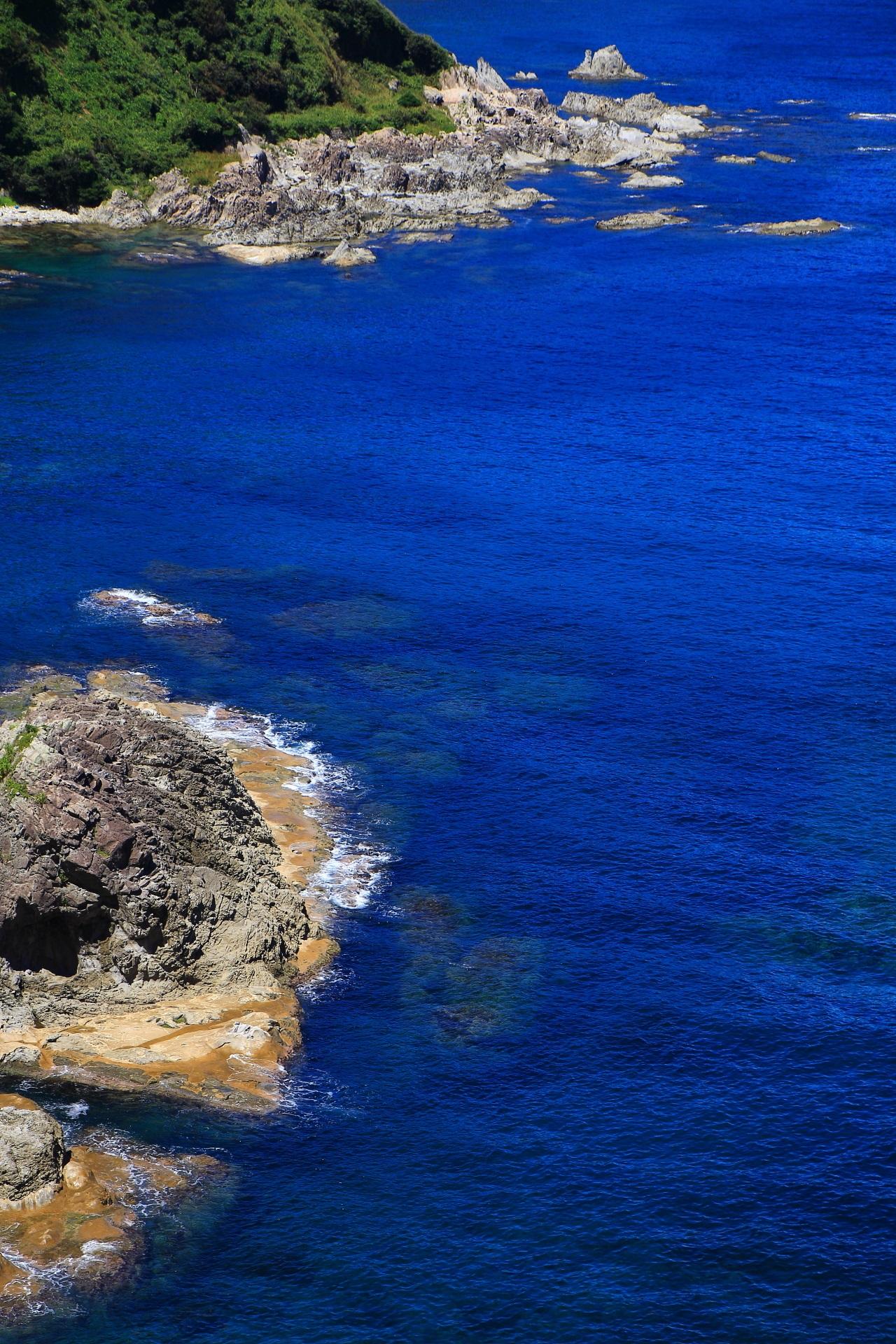 カマヤ海岸の青い海と岩の絶景