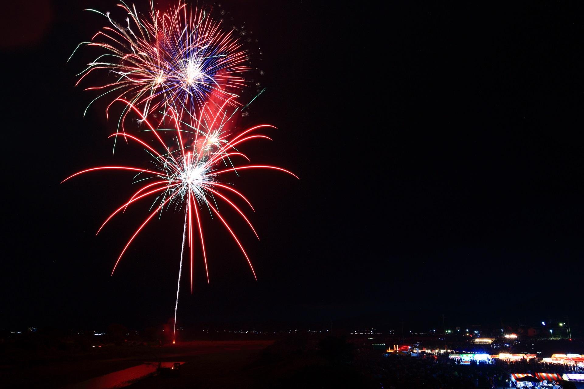 打ち上げ場所は保津川(桂川)沿いの大堰川緑地東公園の向かいあたりの亀岡花火大会