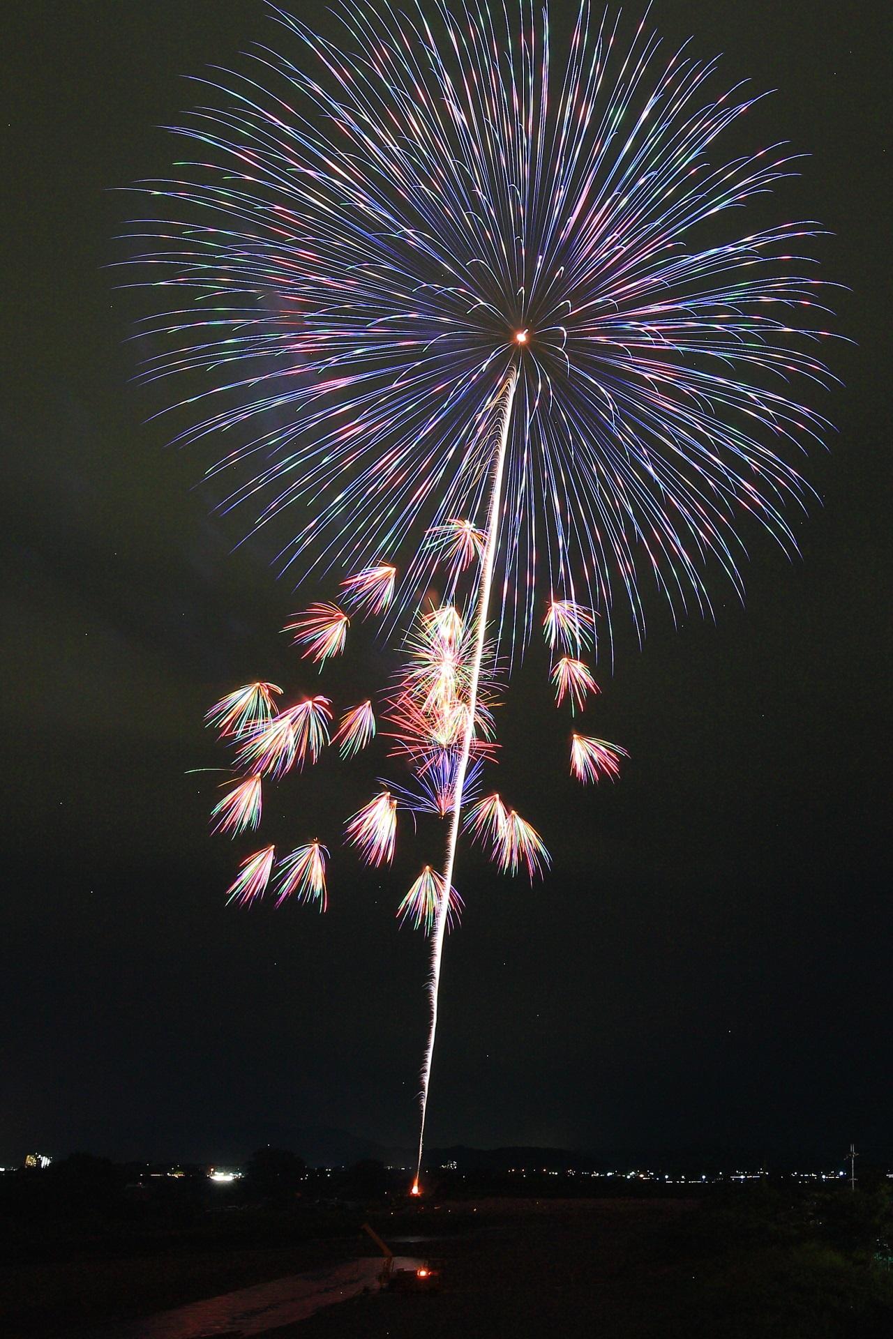夜空を艶やかに彩る亀岡花火大会の特選花火