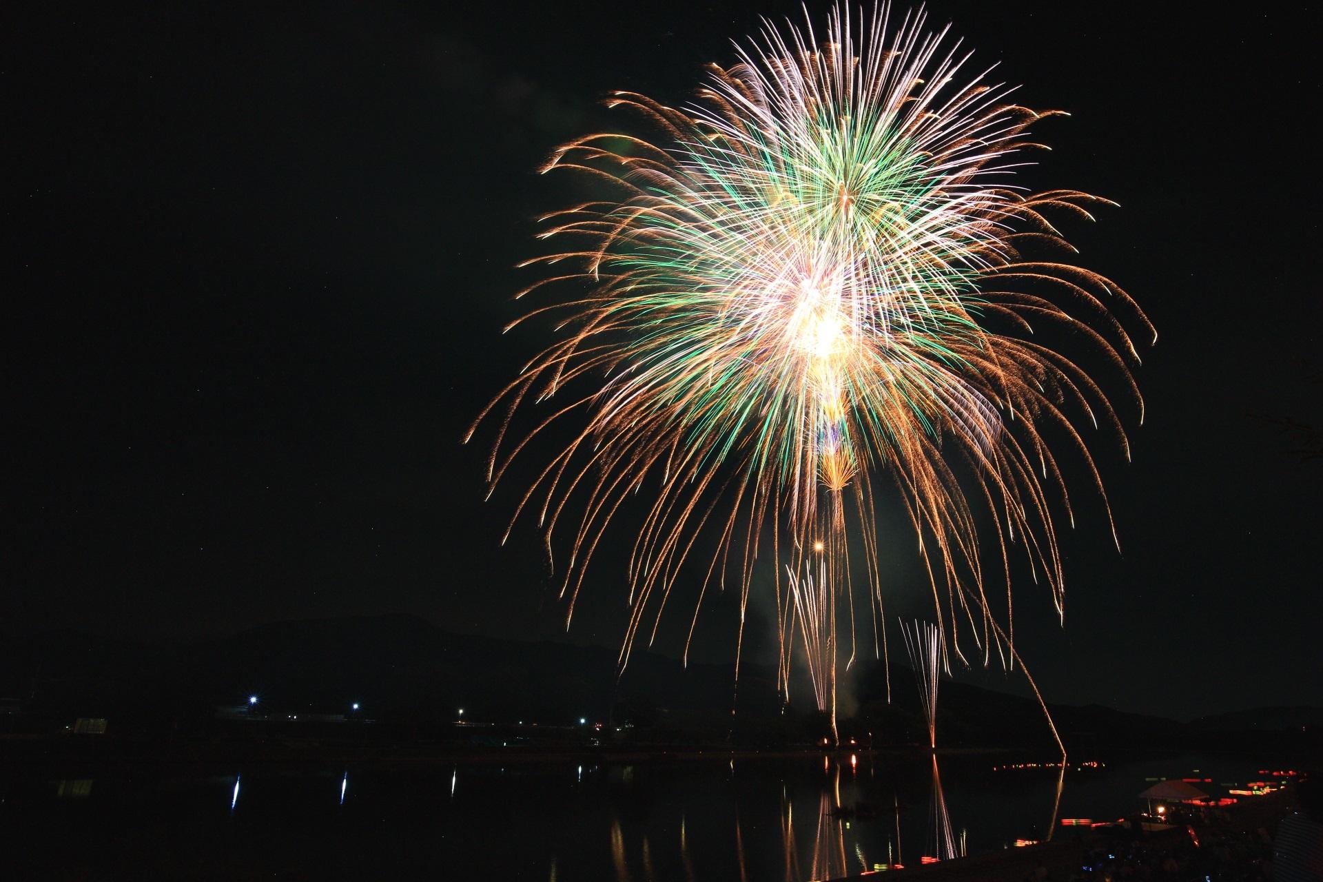 大堰川に枝垂れて行く南丹市の大きな金色の花火