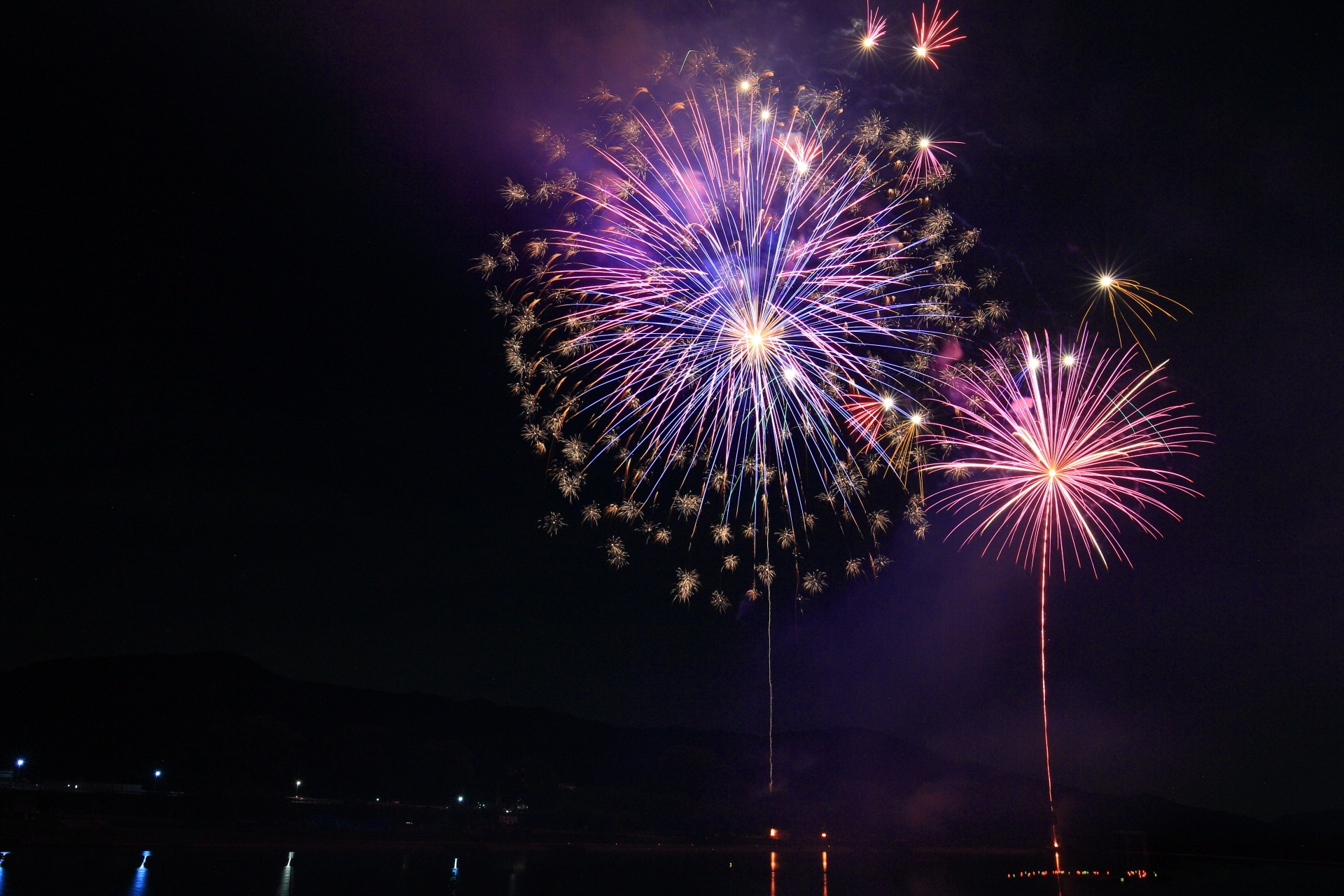 南丹市八木町の夜空を彩る多種多様な花火