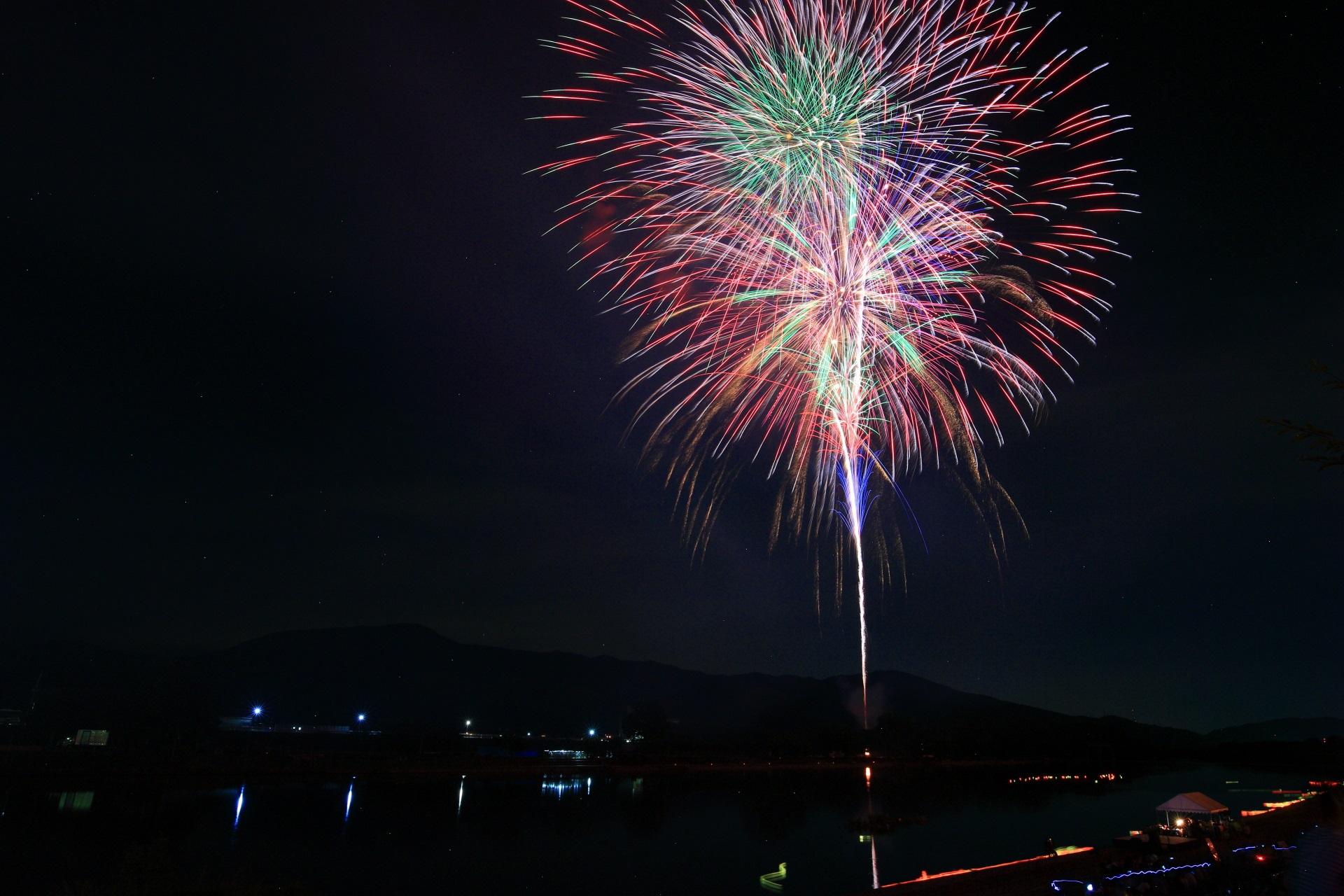 鮮やかでカラフルな南丹市の大きな花火