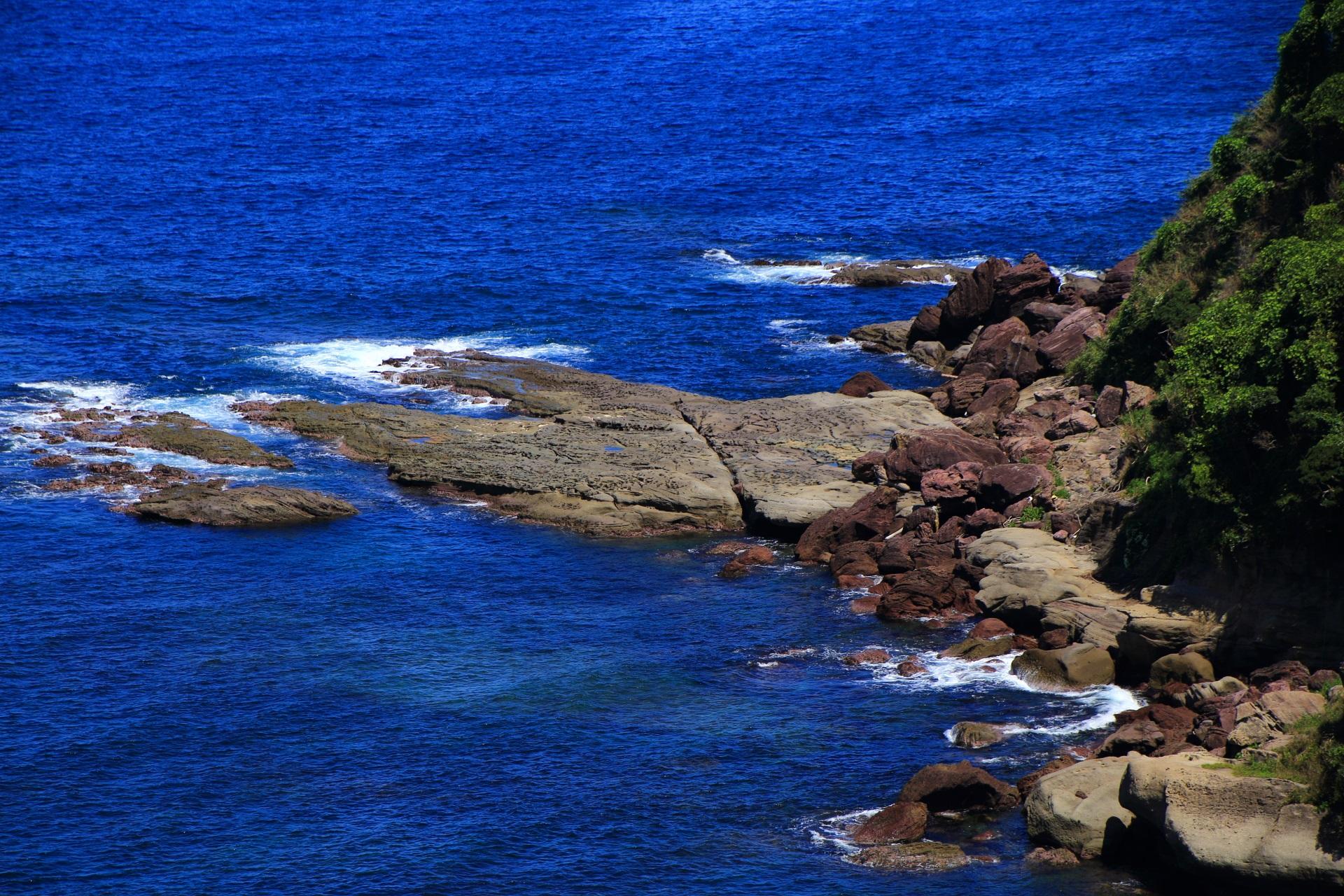 岩場の上に大きな岩がいっぱい落ちている五色浜の東の海辺
