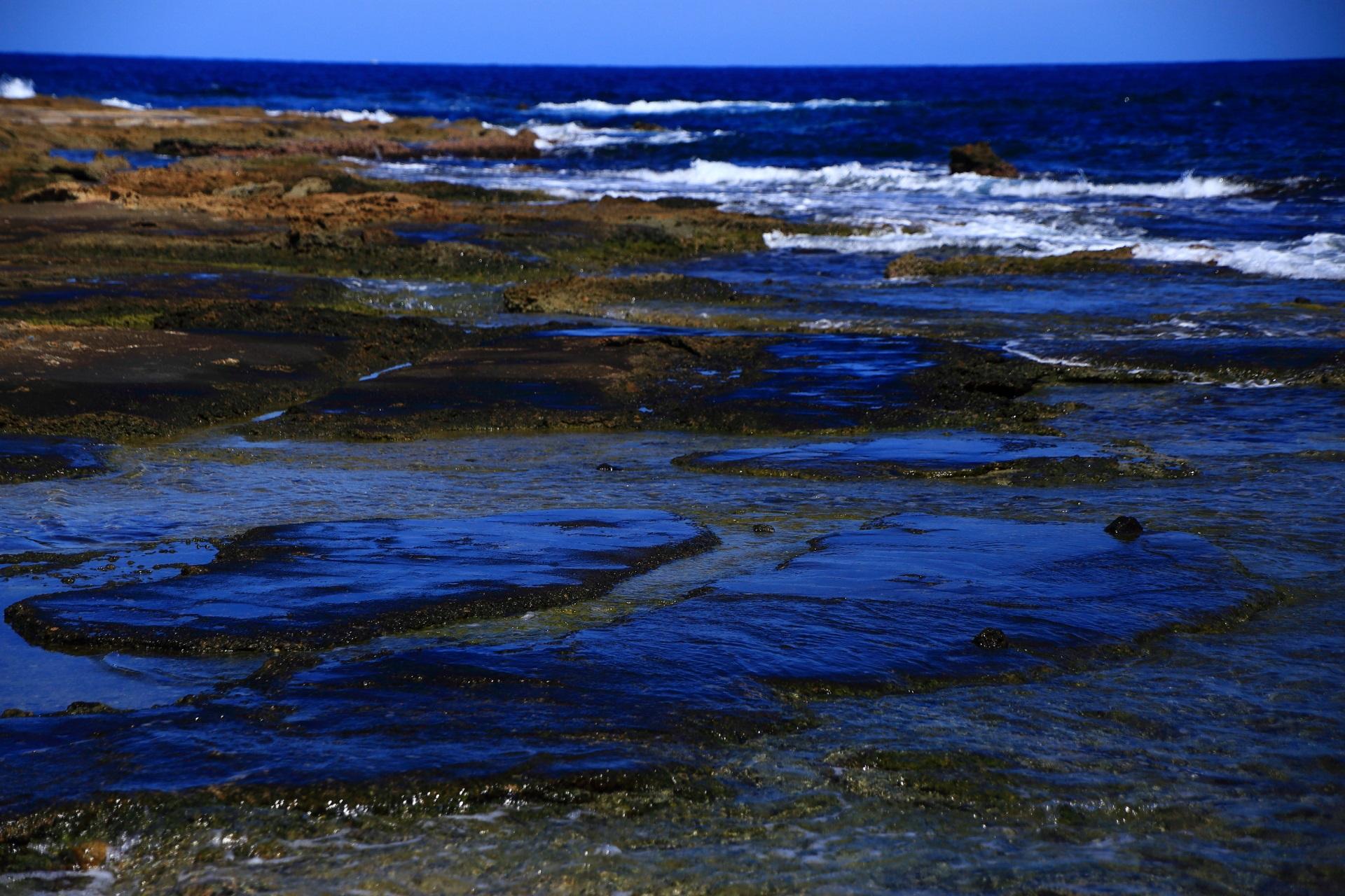 五色浜の青い空を映し出す美しい岩場と日本海