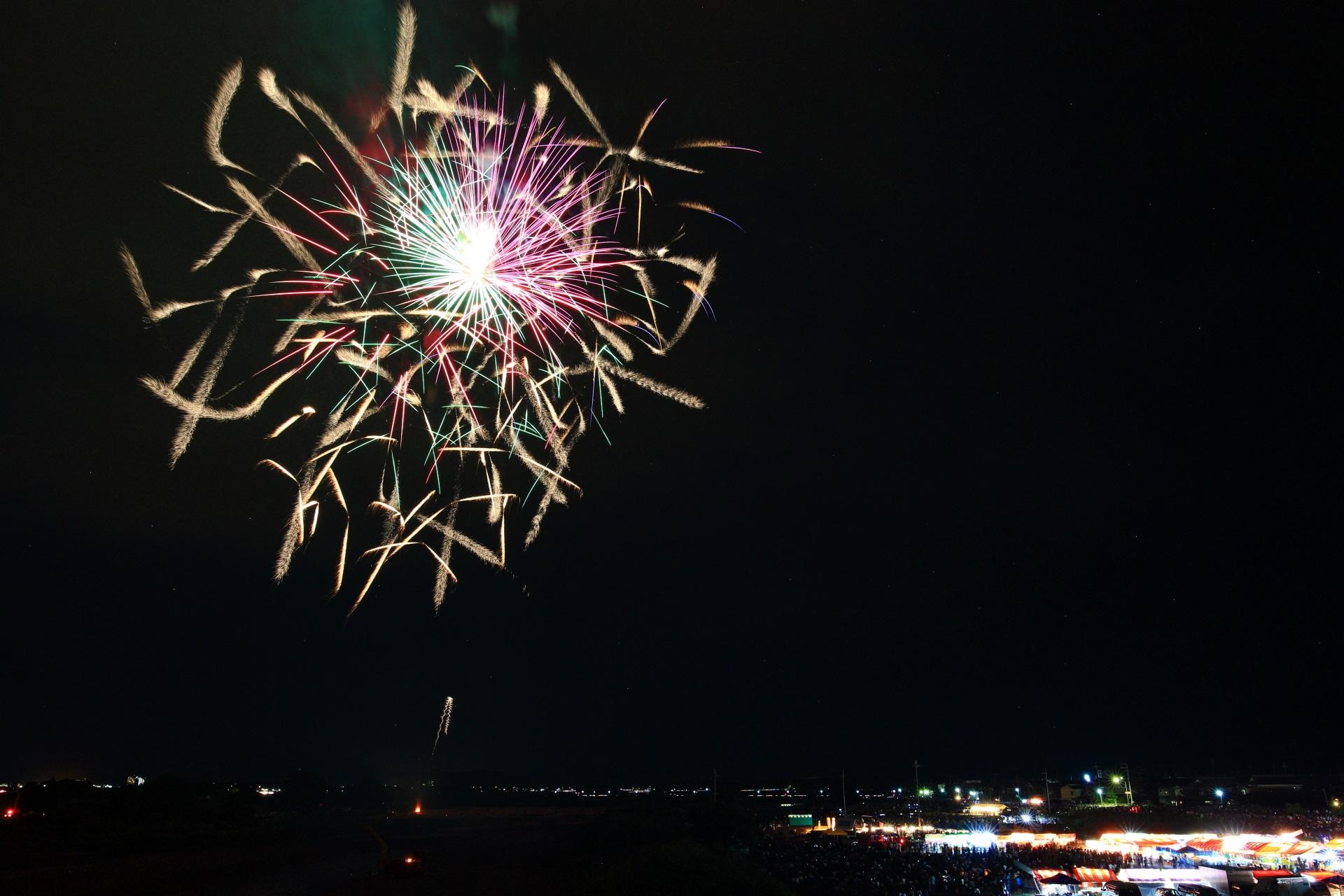 趣向を凝らした花火がたくさん打ち上げられる亀岡花火大会