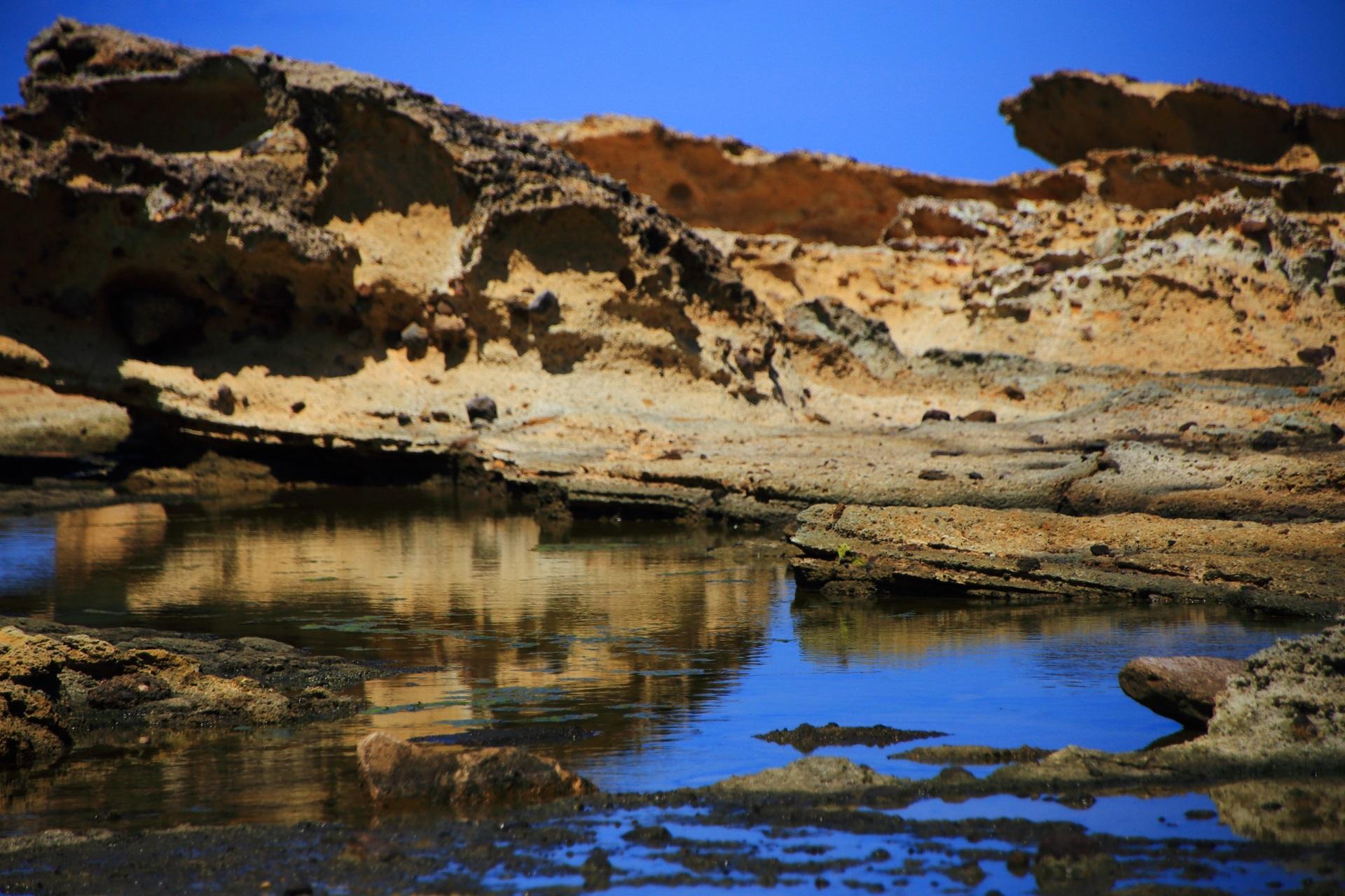 岩と空のはっきり映しだされた五色浜の素晴らしい水鏡
