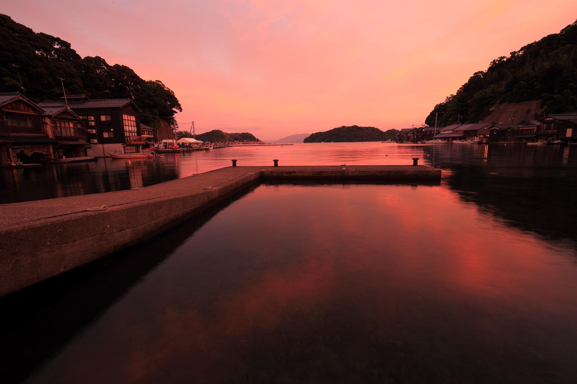 伊根の舟屋 夕焼け 彩りにそまる伊根湾