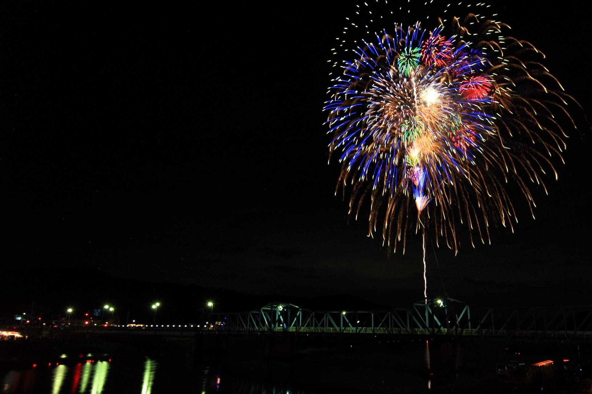 夜空と橋を彩る色とりどりの花火