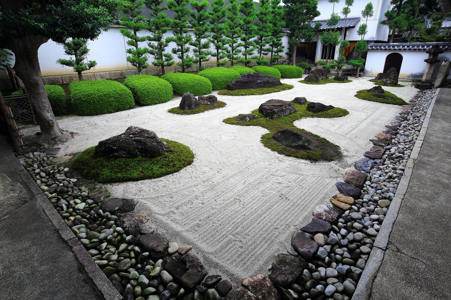 猫の足跡がいっぱいついた妙蓮寺の十六羅漢石庭