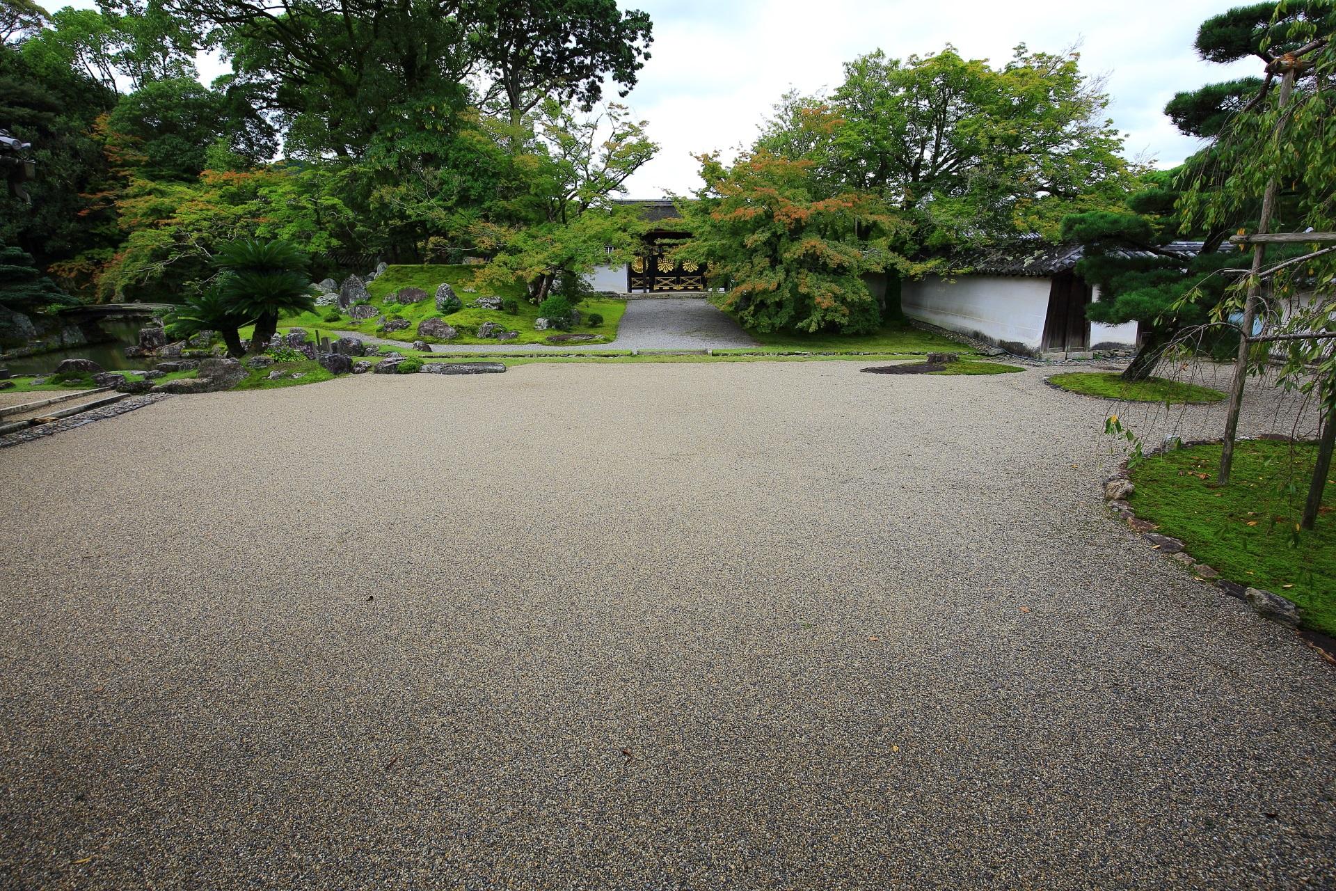三宝院の唐門前の庭園