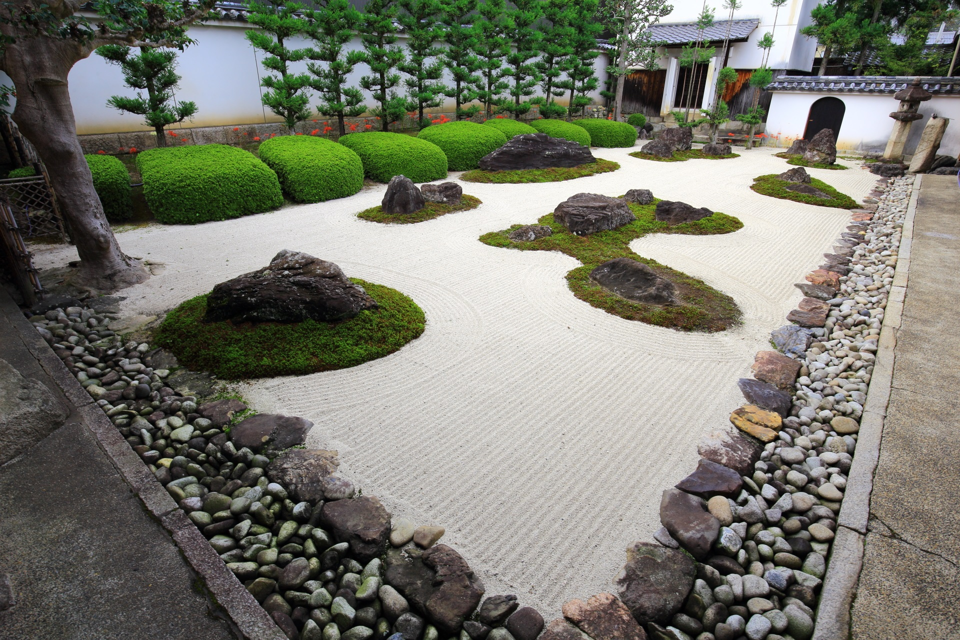 緑や岩の配された白砂の美しい十六羅漢石庭