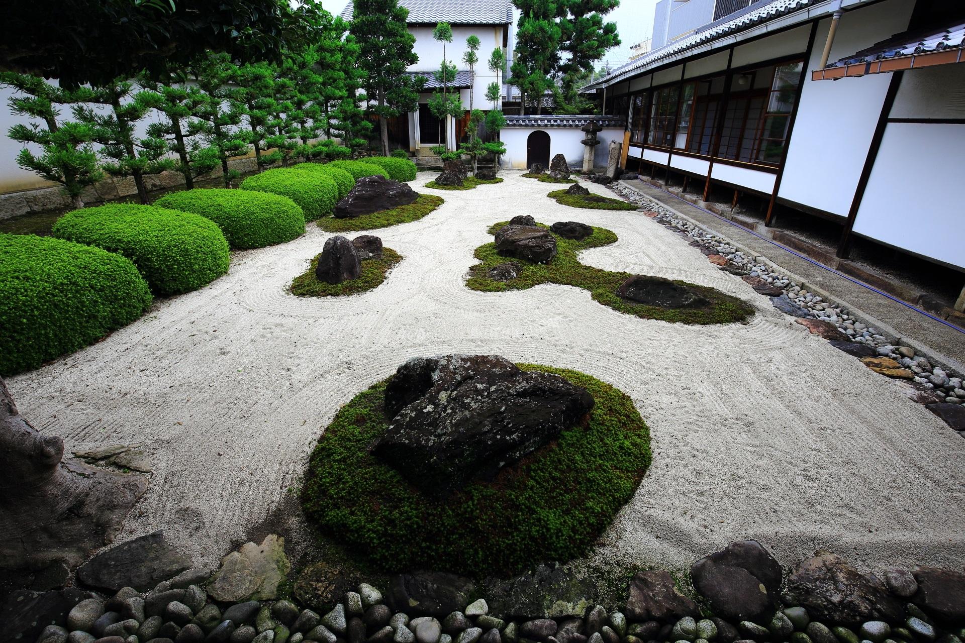 妙蓮寺のサツキの緑が綺麗な十六羅漢石庭(じゅうろくらかんせきてい)