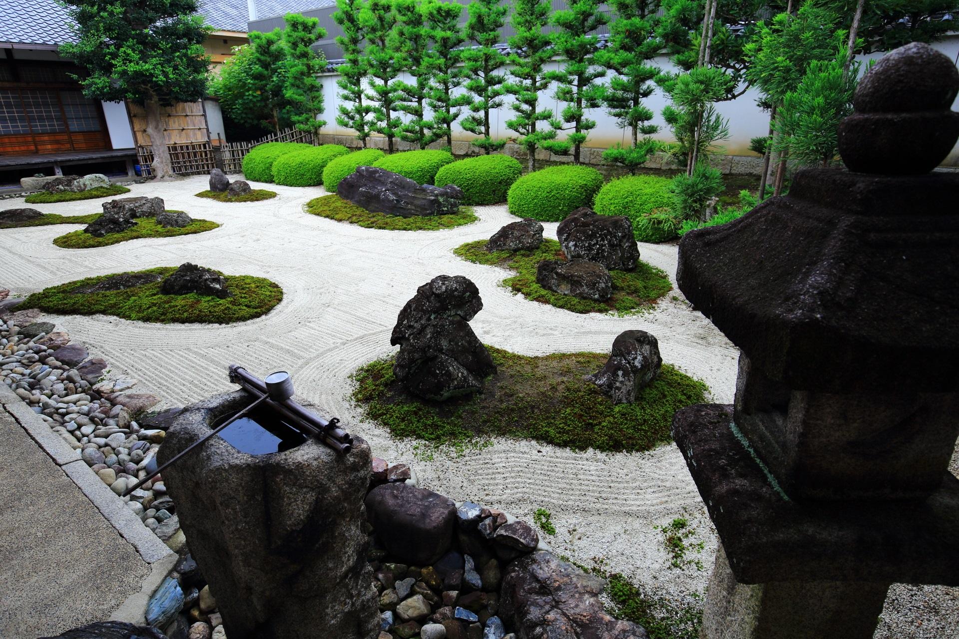 風情ある燈籠と手水鉢のある十六羅漢石庭
