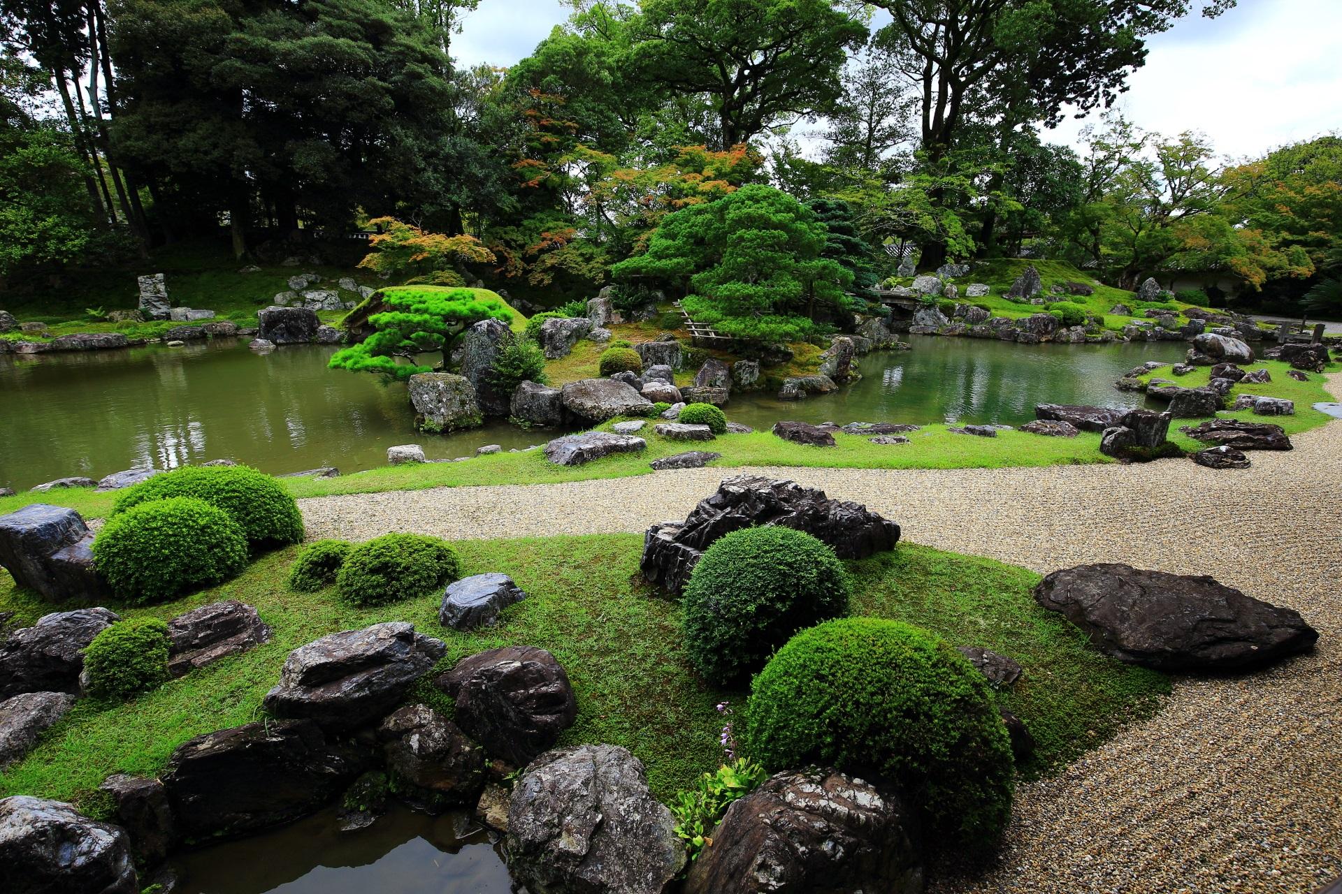 大きな岩や石のたくさん配された三宝院庭園