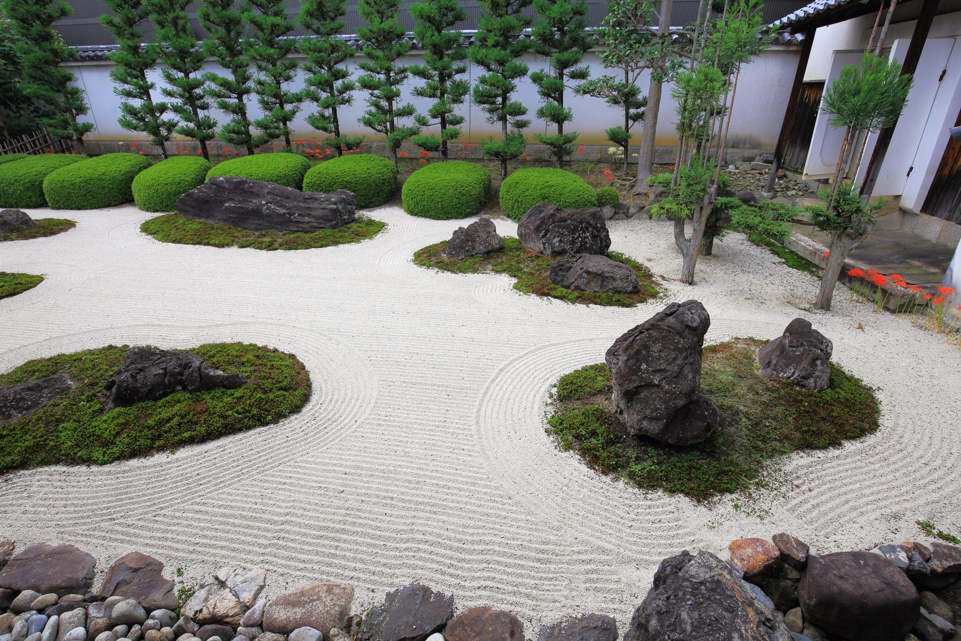 いろんな場所や角度から様々な見方のできる十六羅漢石庭