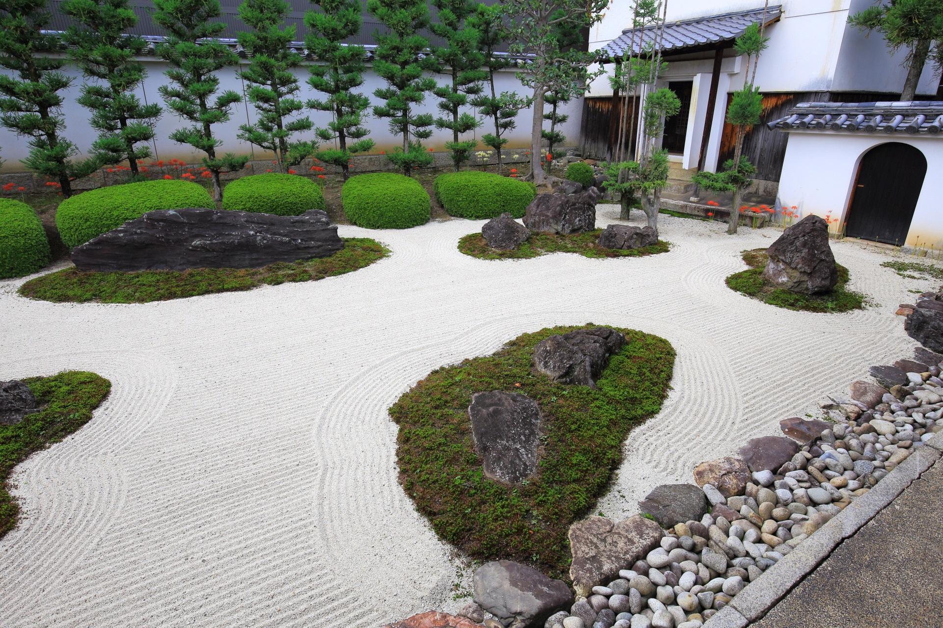 彼岸花の鮮やかな彩りが良いアクセントになる上品で美しい妙蓮寺の十六羅漢石庭