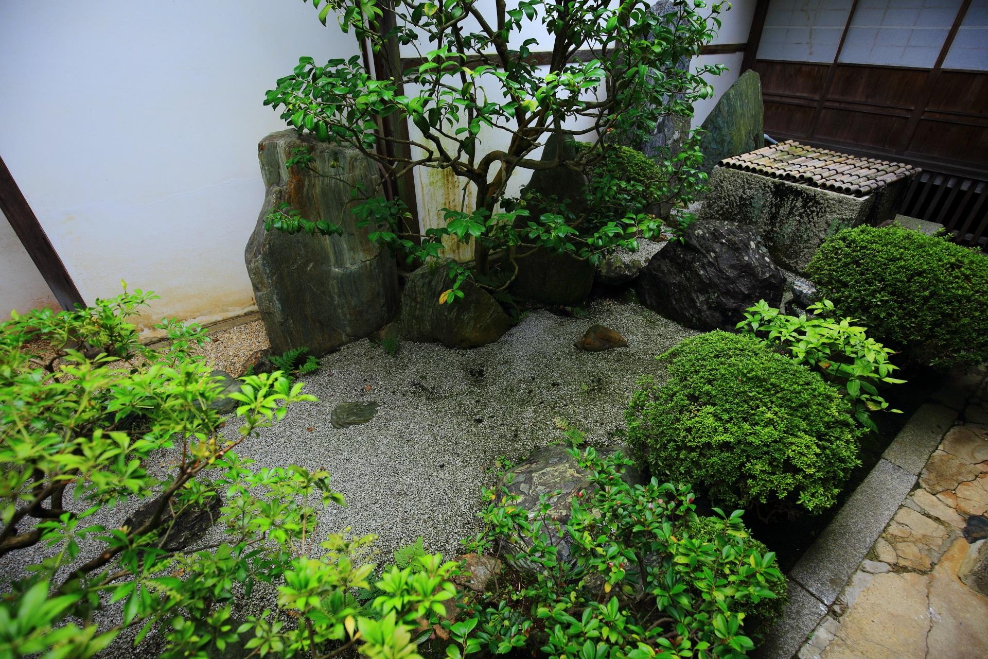 岩と砂で滝や渓流を表した坪庭の清浄の庭