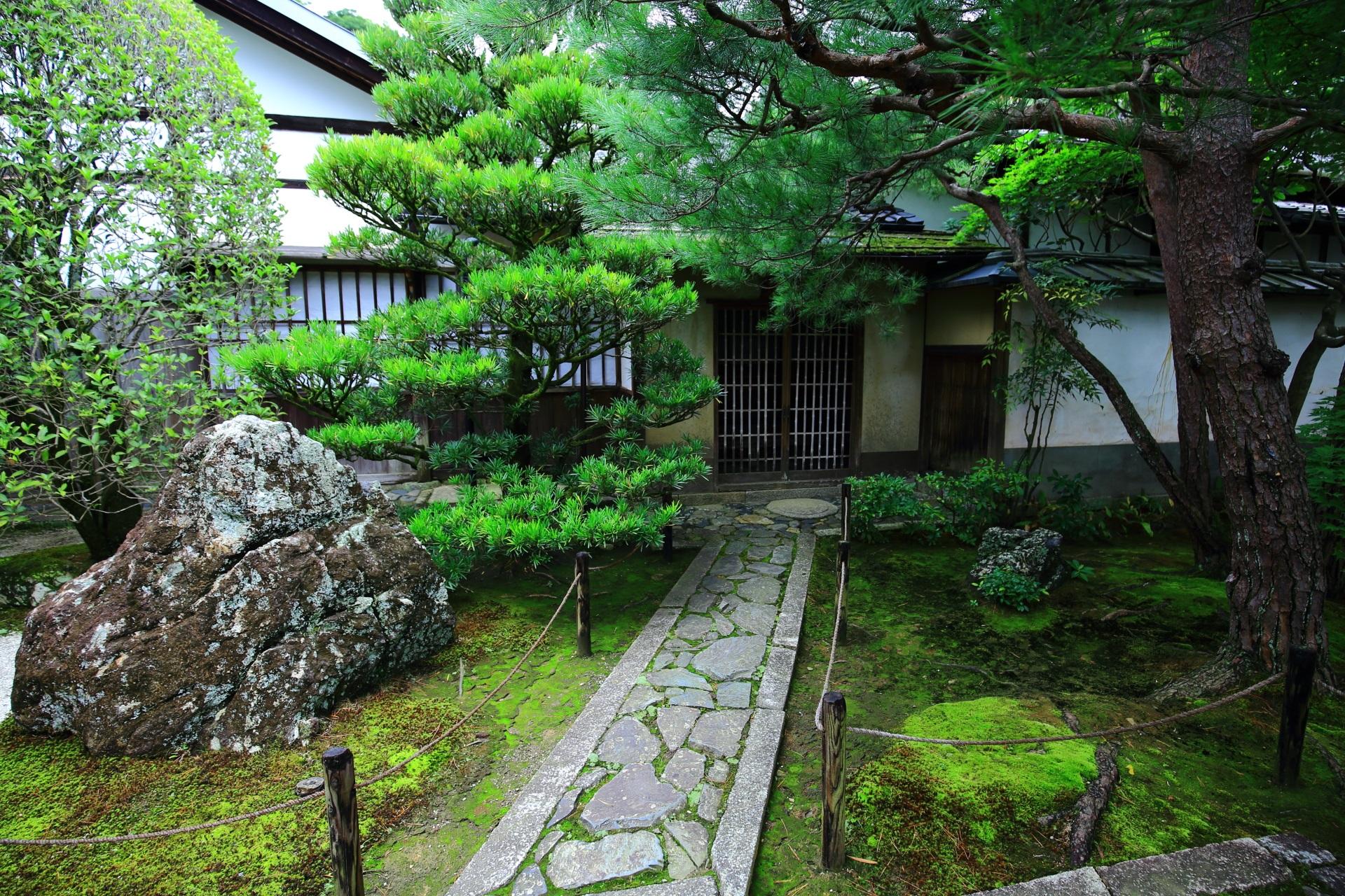 緑と石畳の綺麗な玄関前
