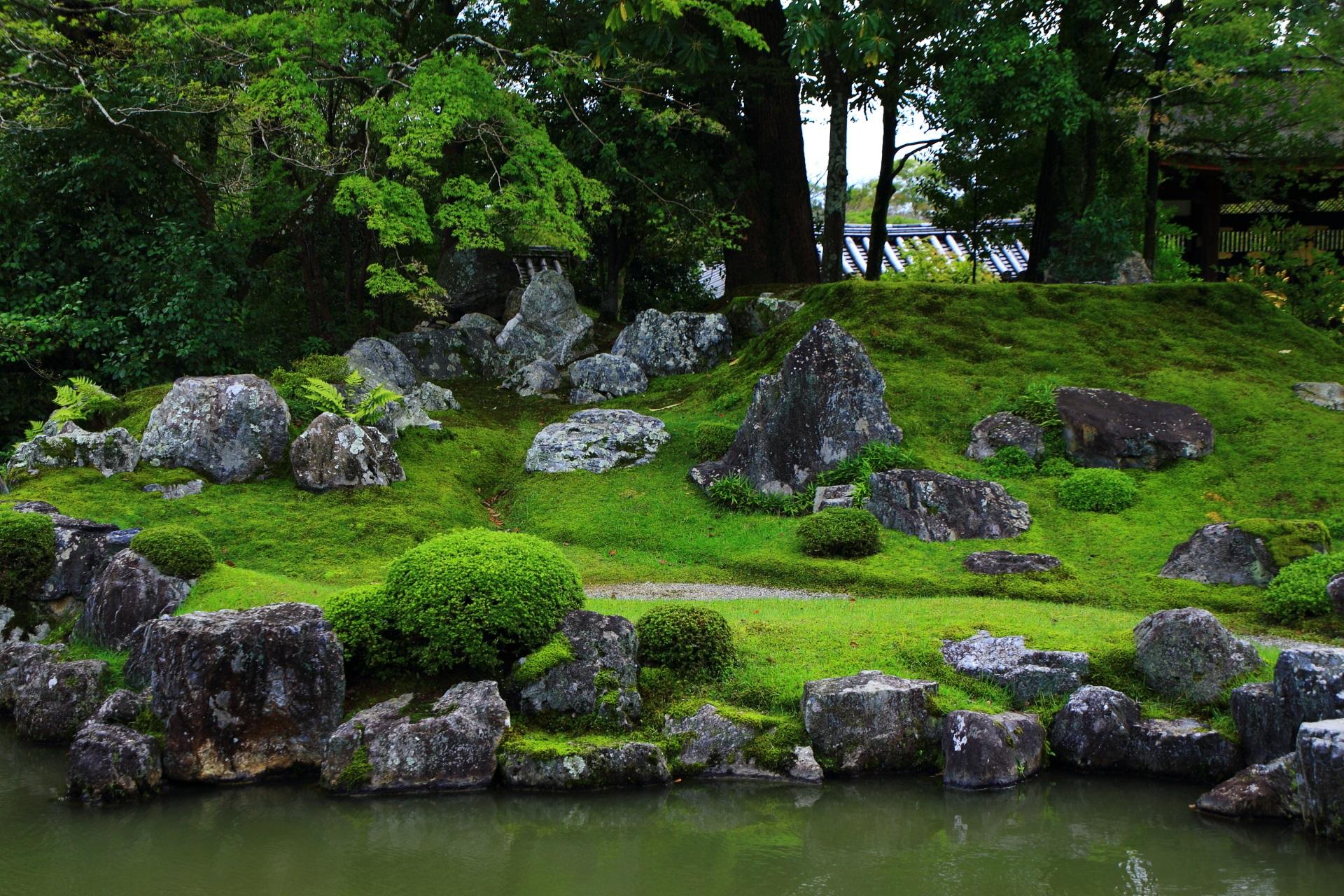 美しい緑の苔に岩がたくさん配された築山