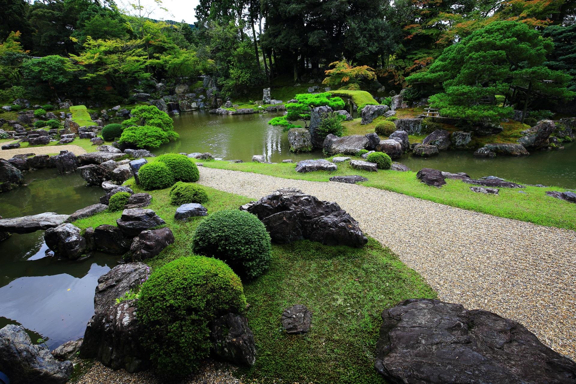 豪華で力強い三宝院の庭園